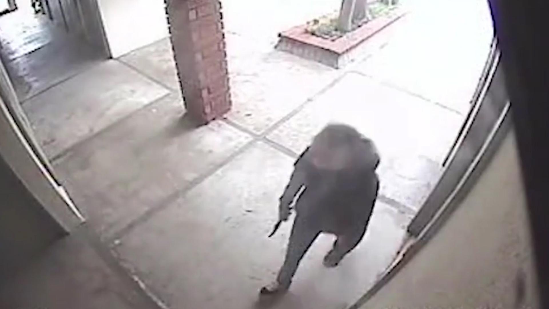 En la grabación puede verse a Katherine entrar al consultorio de Jacki Stevens con un enorme cuchillo de cacería (Foto: captura de pantalla)