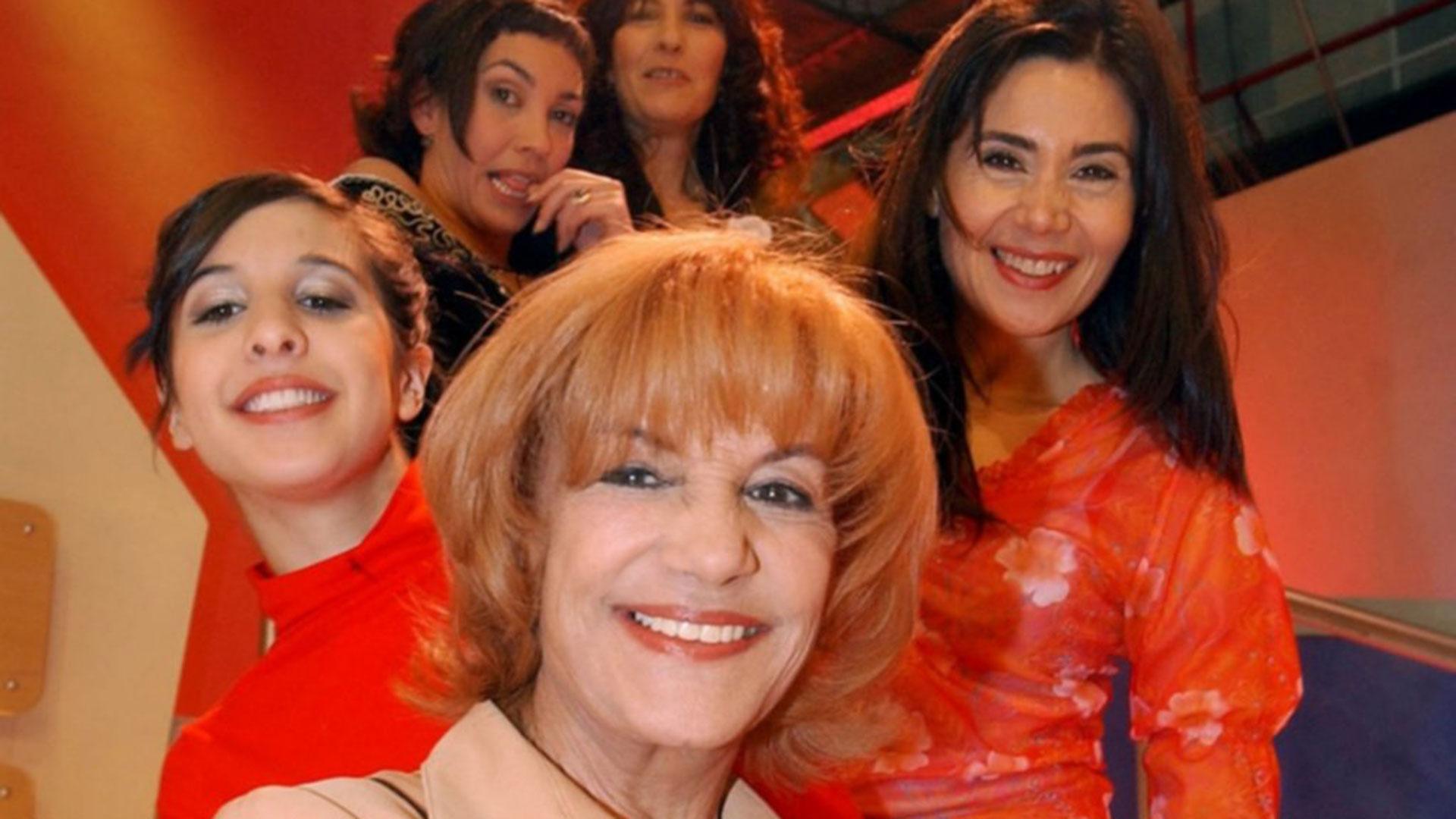 """Beatriz en 2002, en su regreso a la radio: conducía """"Una para todas"""" junto a Ernestina Pais, Mónica Galán, Mariana Levy y Andrea Politti"""