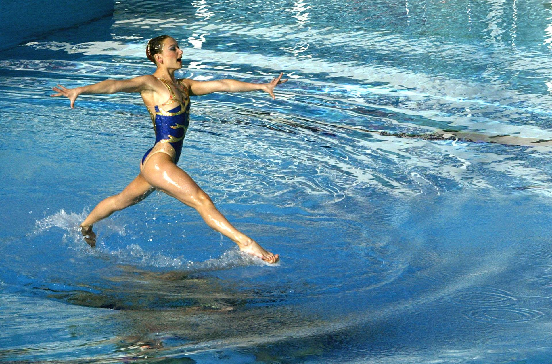 Una miembro del equipo de nado sincronizado de Ucrania participa en los Juegos Olímpicos de Atenas 2004