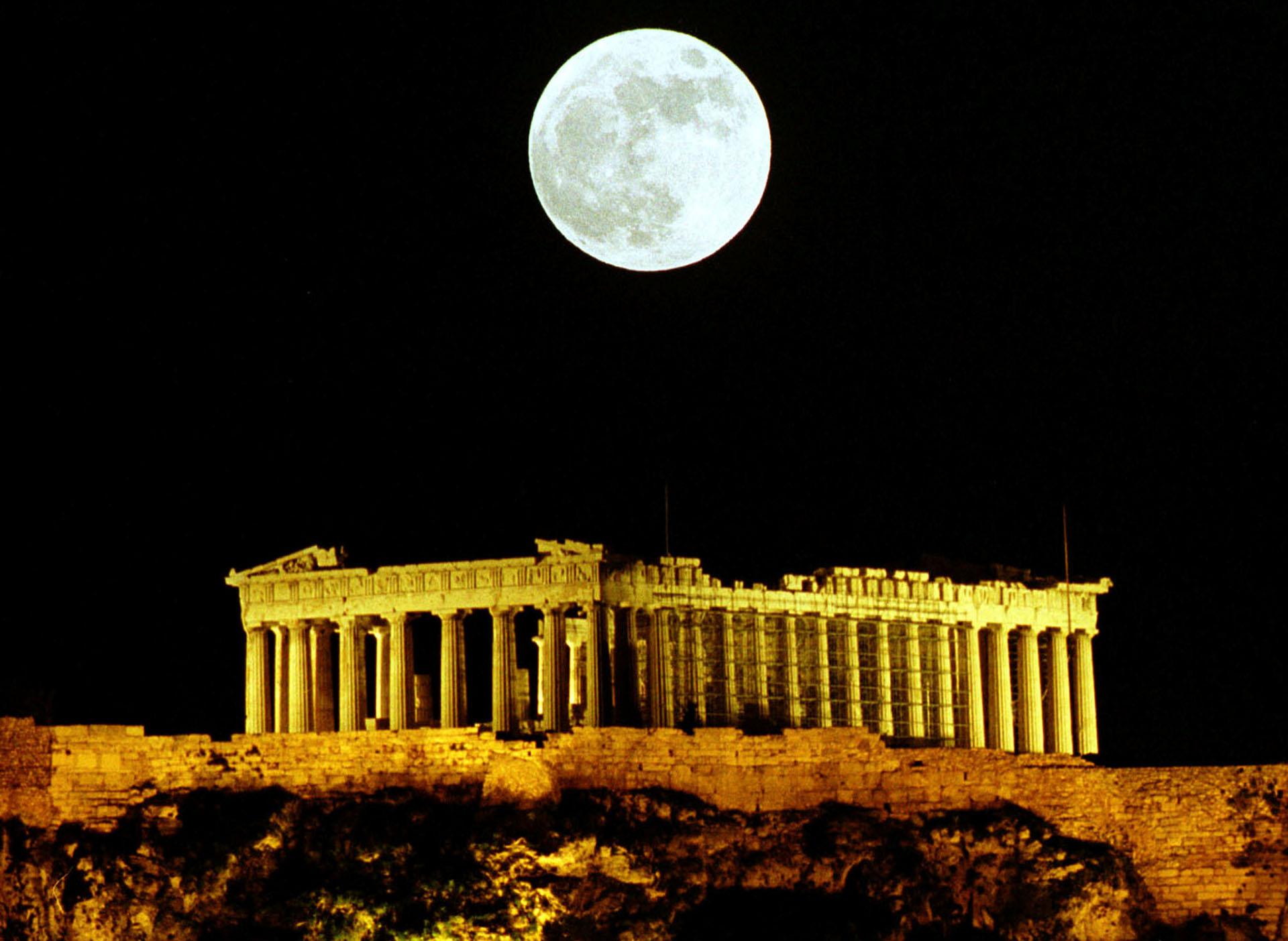 La luna llena brilla sobre el Partenón en Atenas, en diciembre de 1999