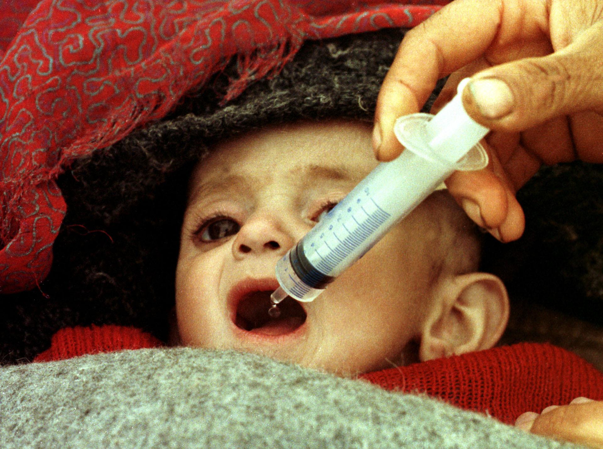Un niño recibe glucosa en un campo de refugiados en Isikveren (Turquía), en abril de 1991