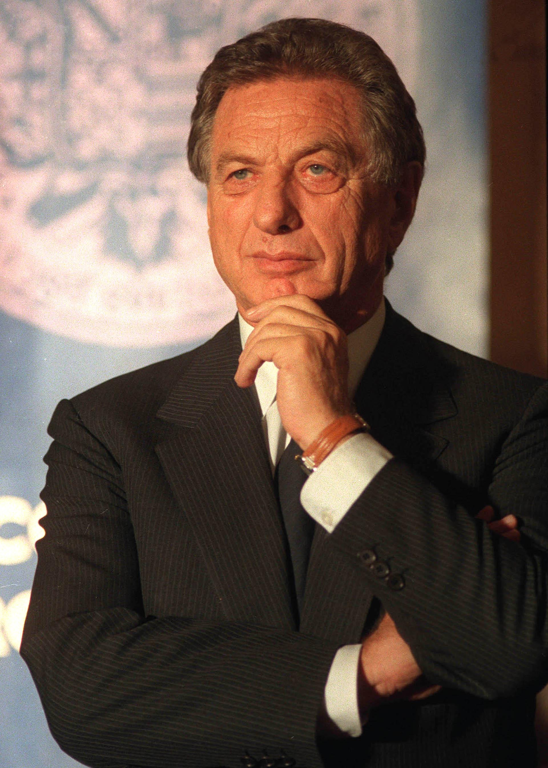 """""""Traté de ser el mejor padre que pude. Tal vez le puse una vara demasiado alta con mis expectativas y con las cosas que yo había hecho, tal vez, como él mismo (Mauricio Macri) dice, competí con él cuando se fue convirtiendo en hombre"""", escribió Franco en una larga carta pública que publicó un mes después de la asunción de su hijo como presidente de la Argentina (Télam)"""