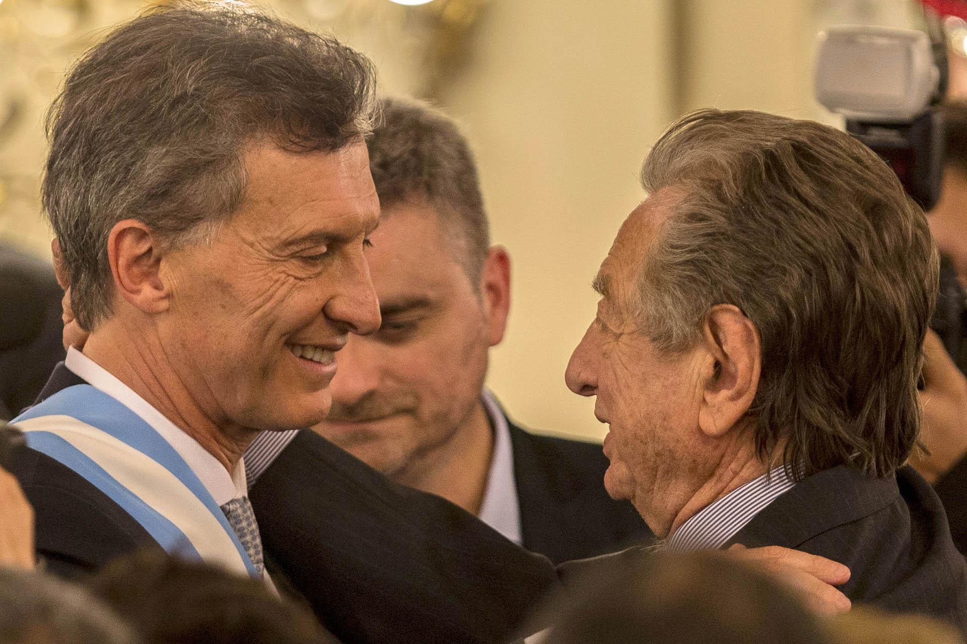 Durante la asunción de Mauricio Macri como presidente, su padre se mostró muy cercano y afectivo. El vínculo entre ambos tuvo sus idas y venidas (Télam)