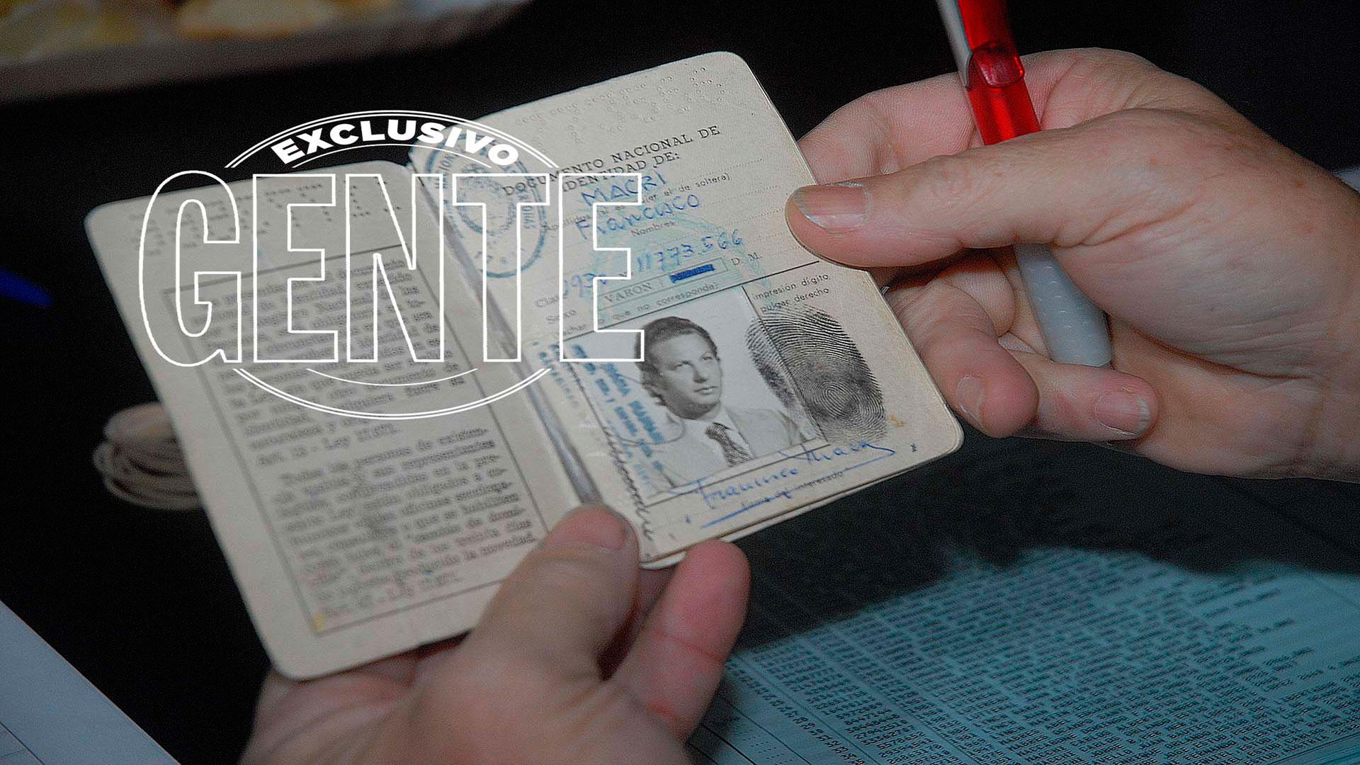 El DNI de Franco Macri, exhibido a la hora de votar. Foto: Enrique García Medina/GENTE
