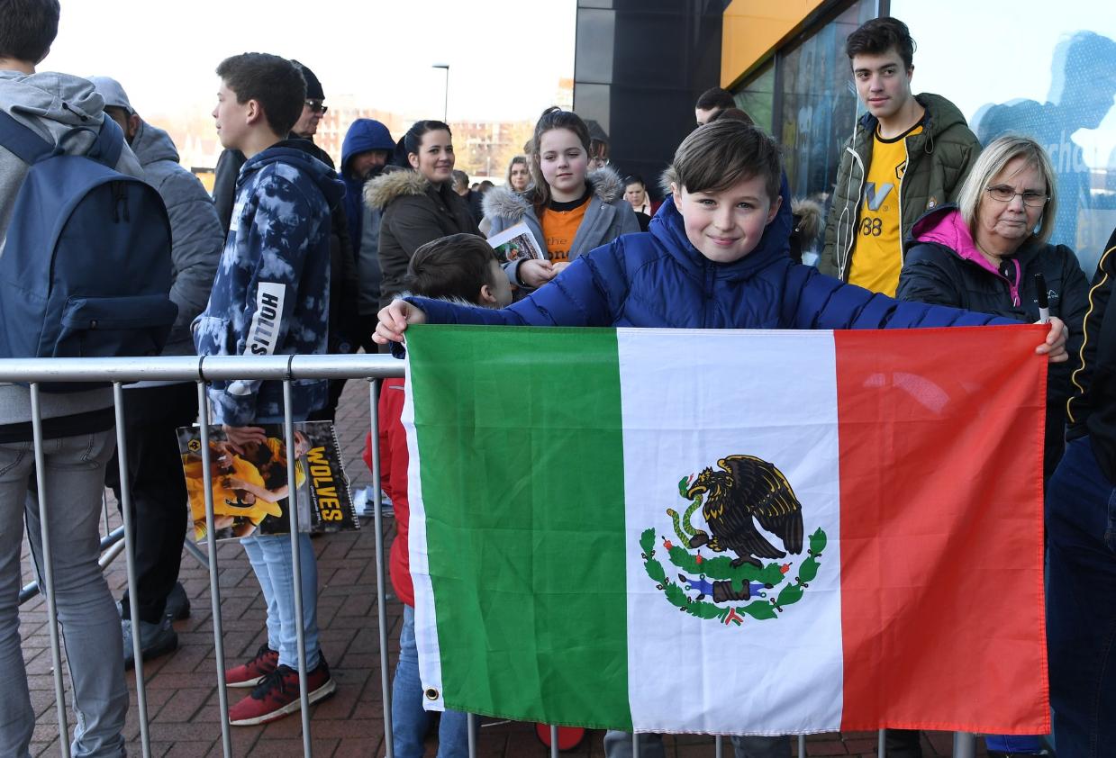 El pequeño seguidor de Raúl posando junto a una bandera de México (Foto: @Wolves)