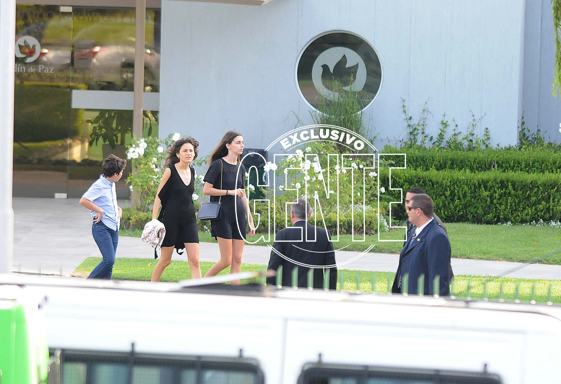 Agustina y Gimena, las hijas de Mauricio Macri, en la despedida de su abuelo. Foto: Julio César Ruiz/GENTE