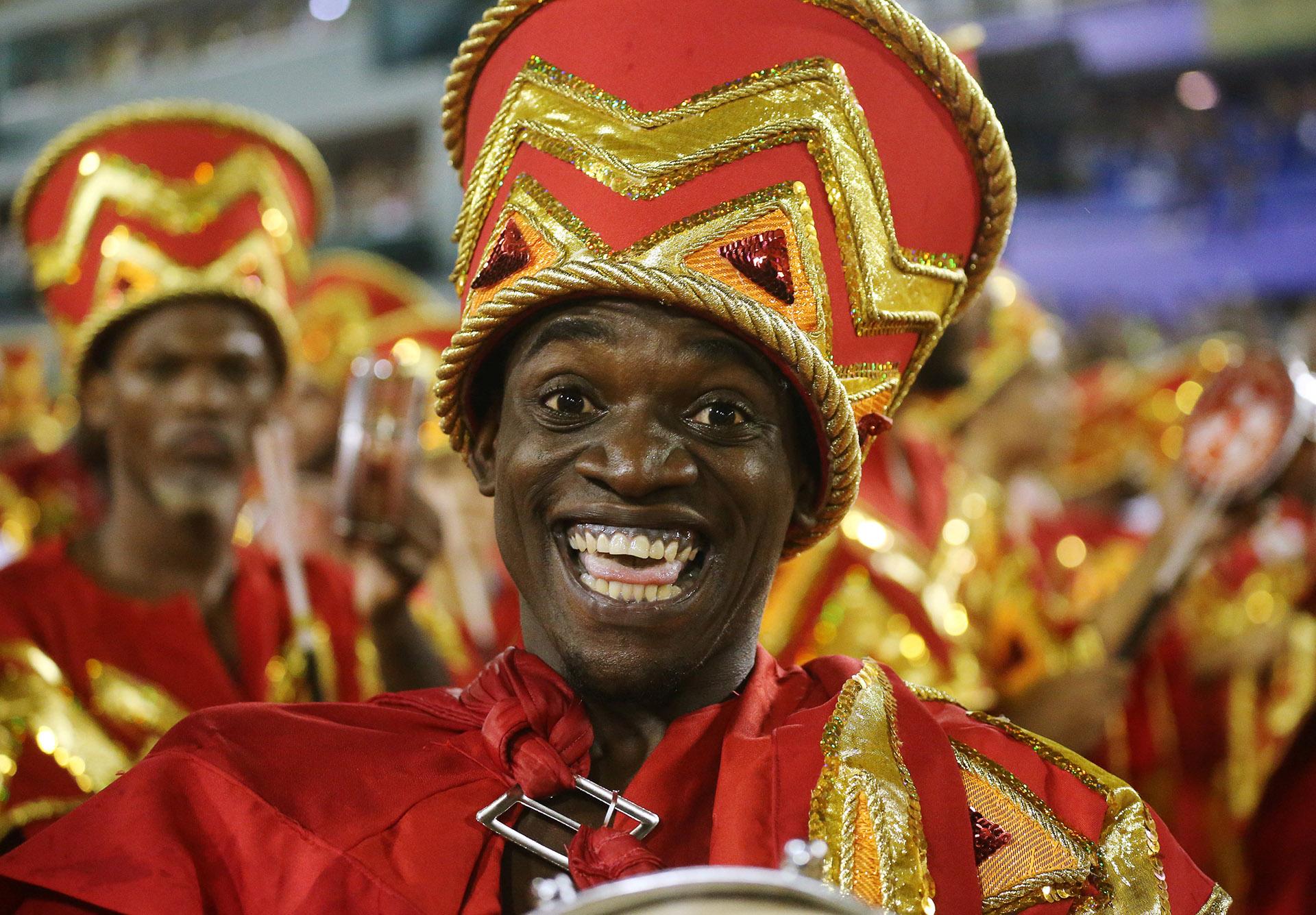 """El carnaval """"fue creado por el pueblo, con matrices africanas, y se fue volviendo una pieza de empresarios y políticos"""", que gustaban mostrarse en exclusivos camarotes del Sambódromo. """"Pero ahora se está retomando el carnaval de la calle y el Sapucaí retoma una vocación política que ya tenía"""", agrega Lins"""