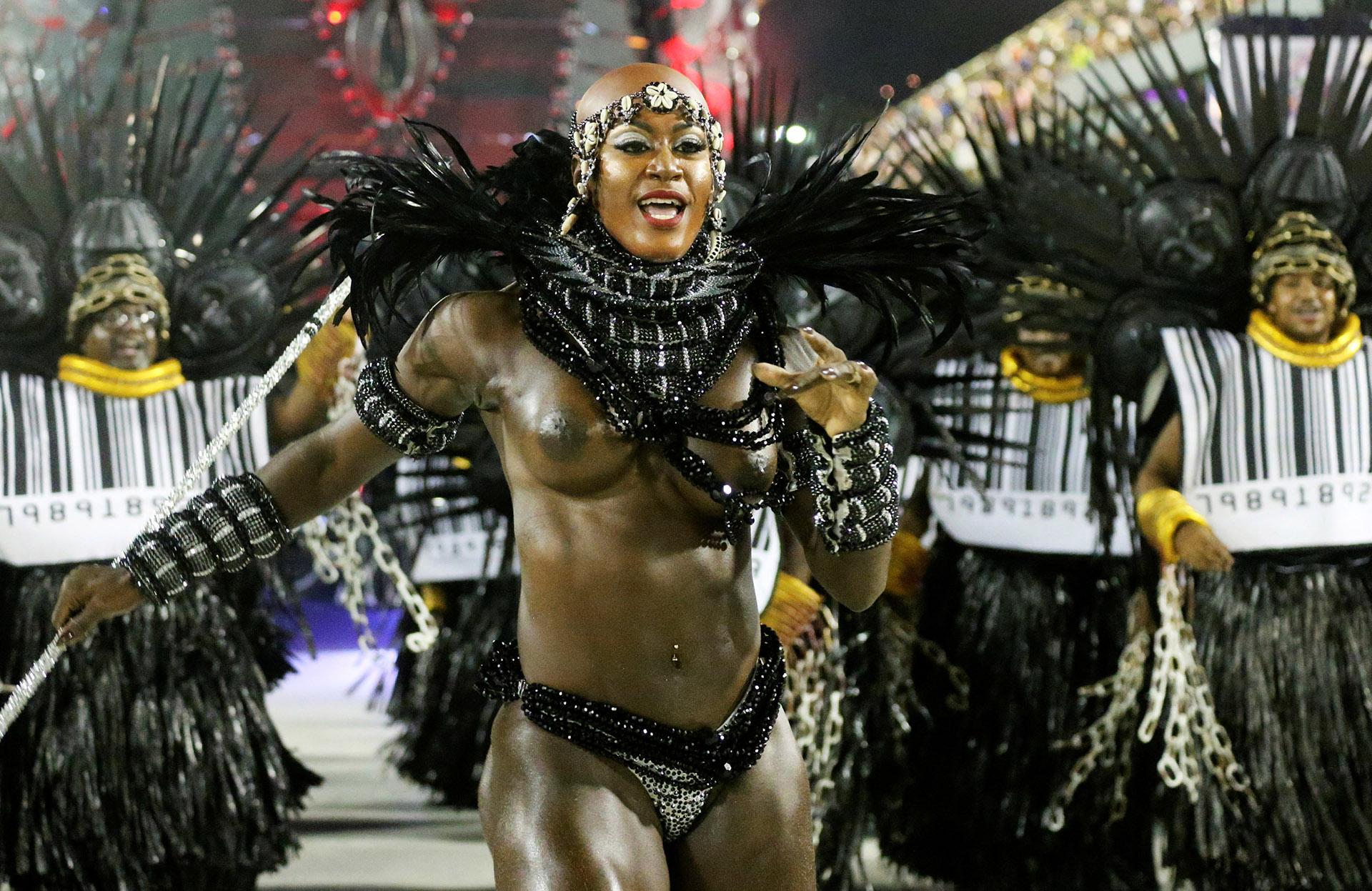 Por tercer año consecutivo, los grupos de samba enfrentan restricciones presupuestarias: la subvención que reciben de la alcaldía se redujo de un millón a 500.000 reales (unos 132.000 dólares)