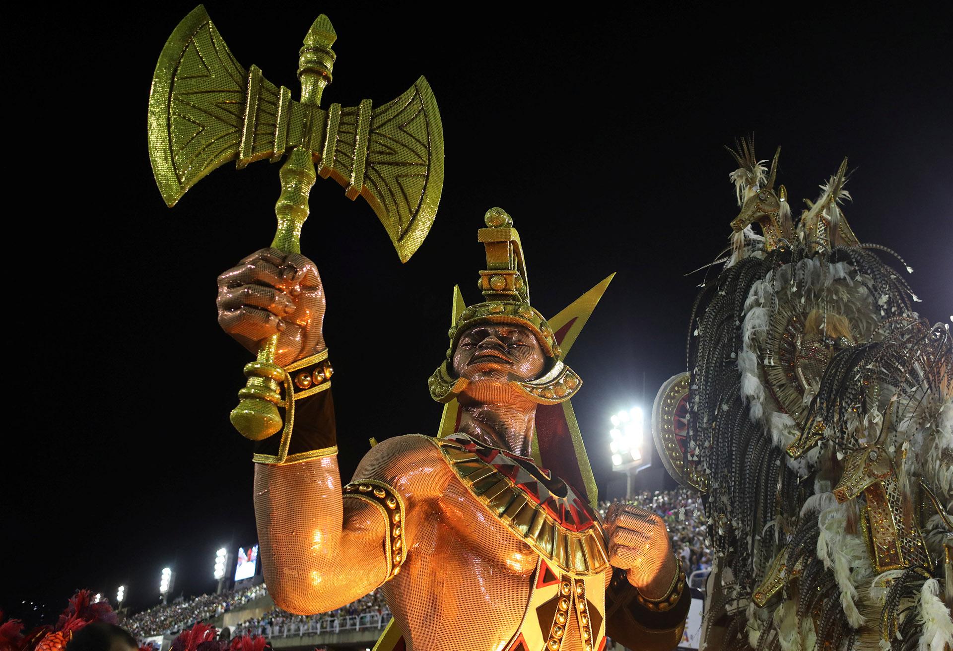 Salgueiro evocó la figura tutelar de Xangô -rey de la justicia en religiones de matriz africana- y cerró su desfile desplegando banderas arco iris, símbolo de la tolerancia a la comunidad LGBT