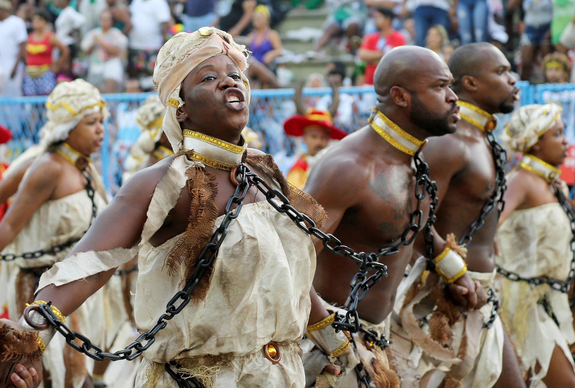 """En dos noches, 14 """"escolas de samba"""" movilizan entre 2.500 y 4.000 personas, con indumentarias y coreografías ensayadas a lo largo del año y seis gigantescos carros alegóricos"""