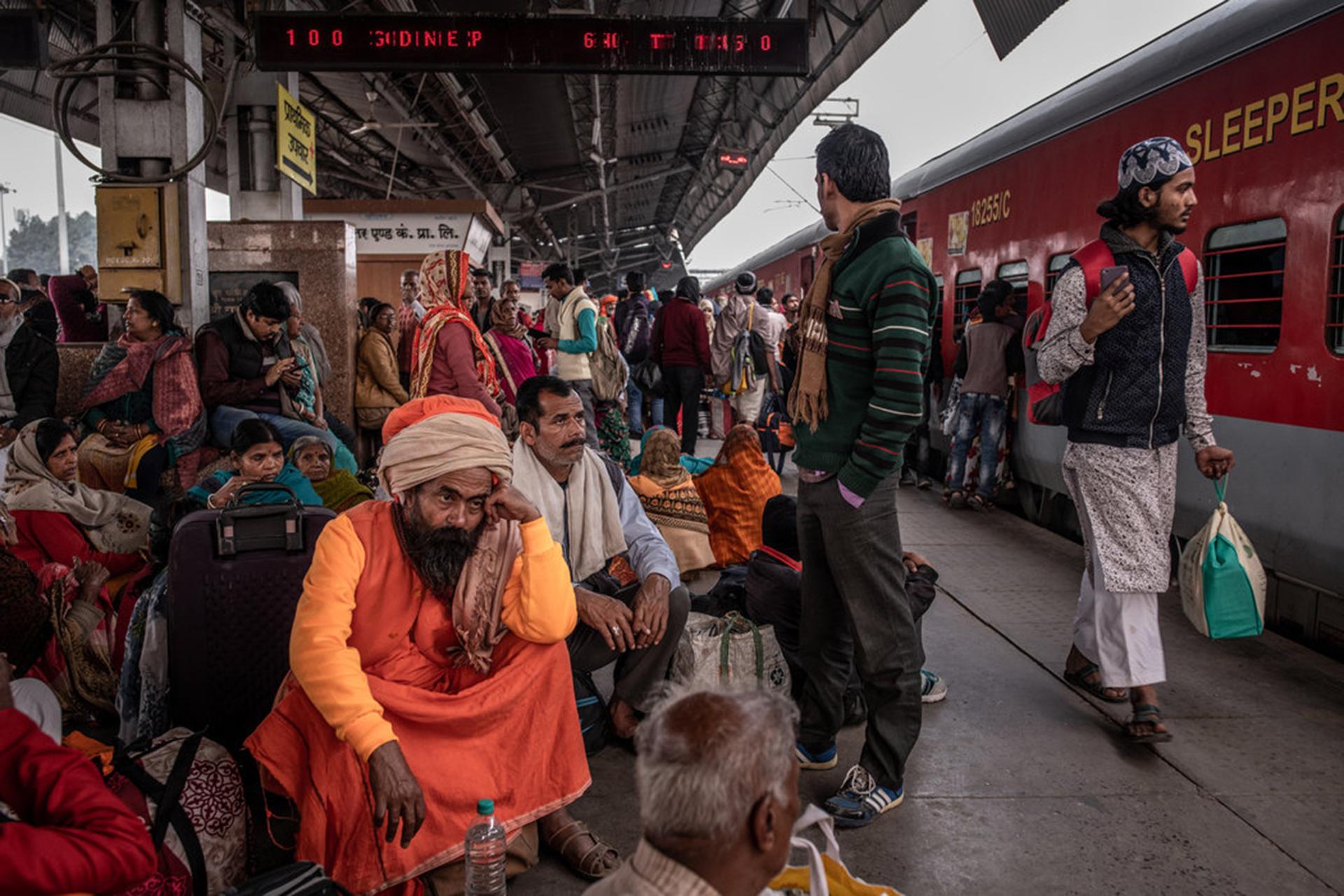 Peregrinos en la estación de transferencia hacia Prayagraj. (The New York Times)