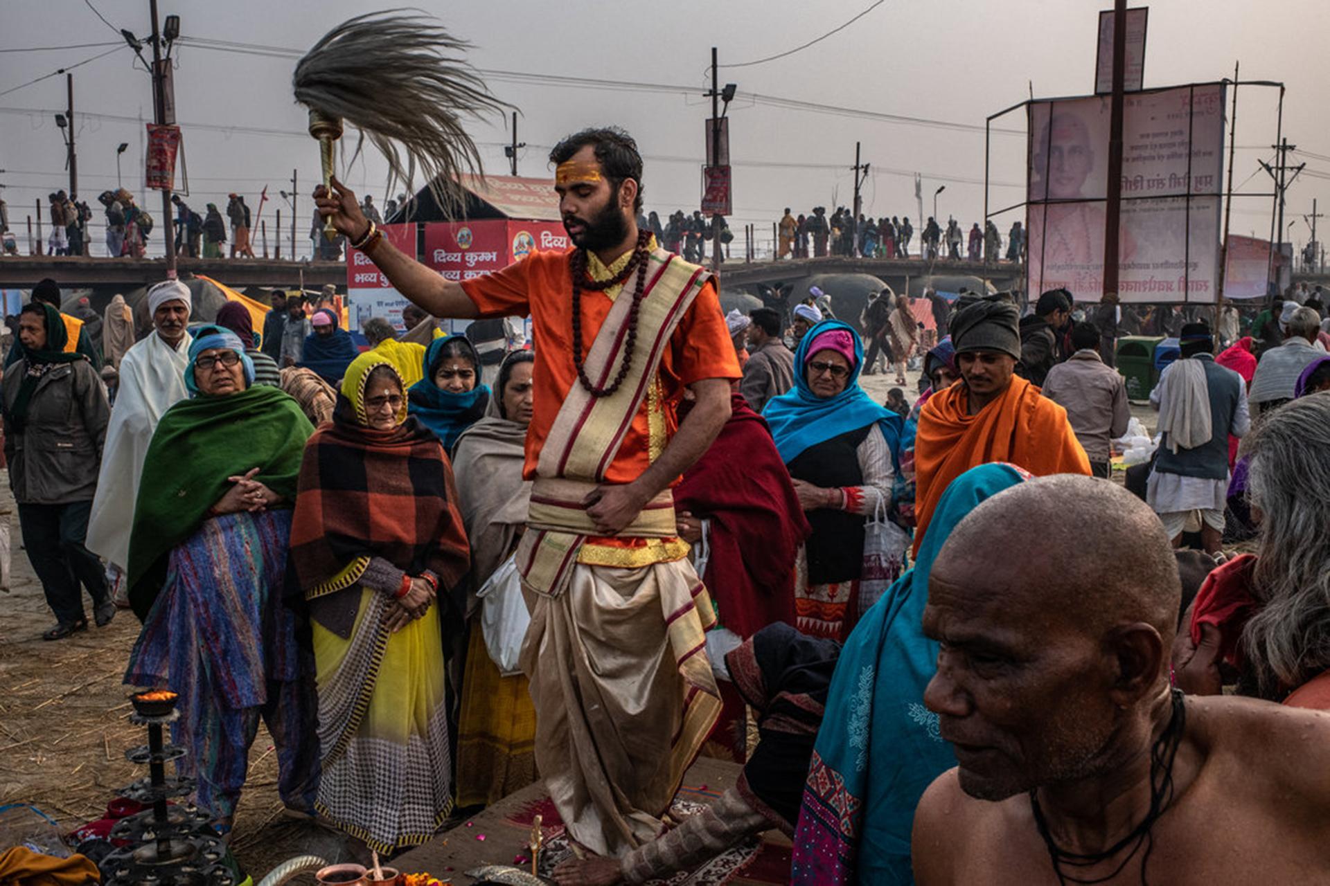 Un religioso hindú entonaba las plegarias matutinas. (The New York Times)
