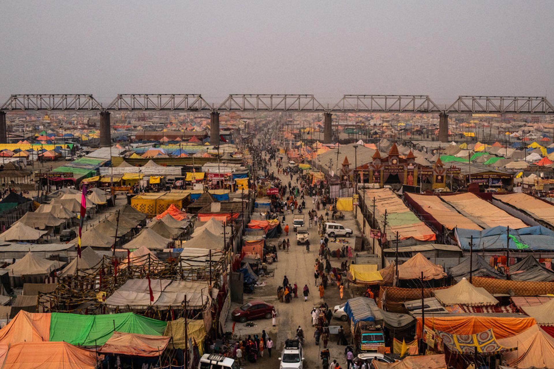 Kumbh Nagari, una ciudad temporal construida a orillas del río Ganges. (The New York Times)