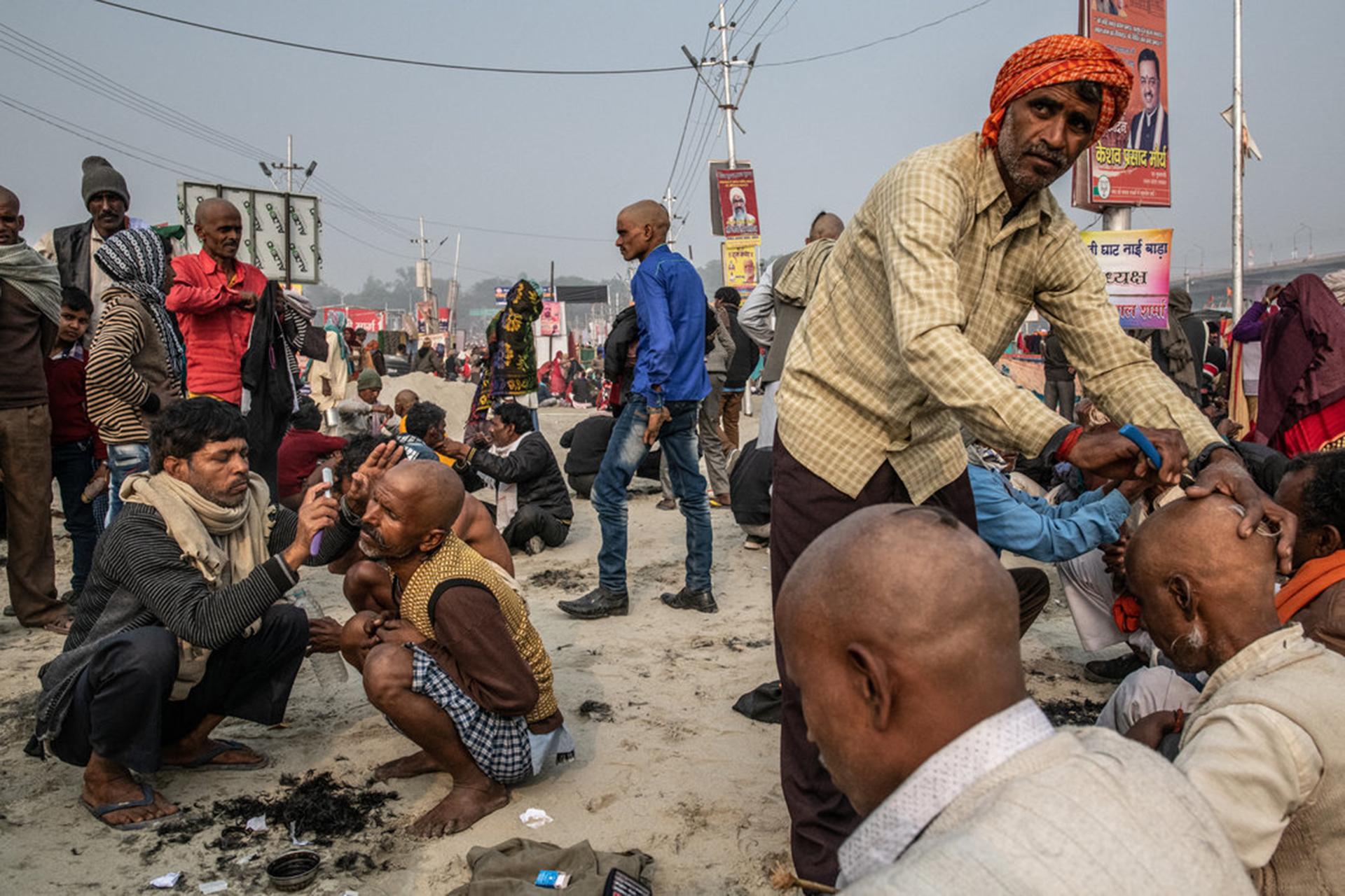 Muchos peregrinos se afeitan la cabeza después del baño ritual.(The New York Times)