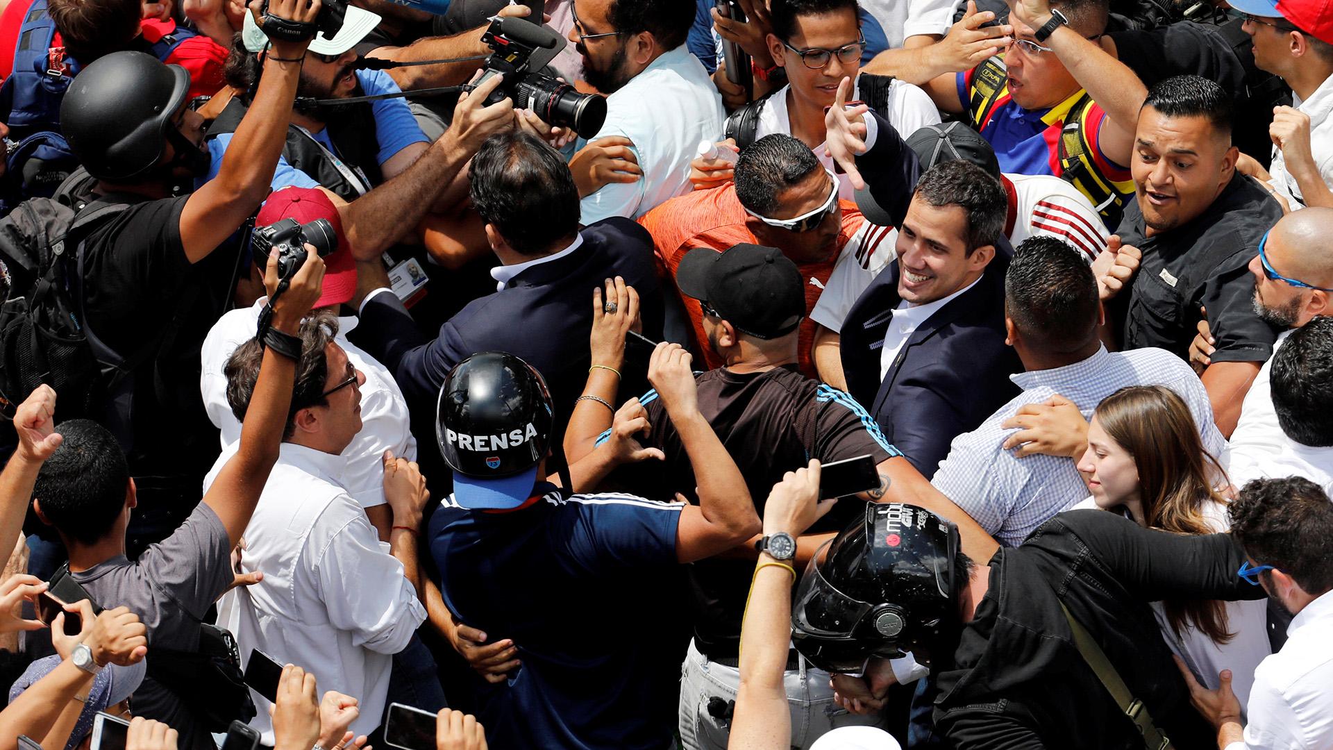 El líder opositor venezolano Juan Guaido, a quien muchas naciones han reconocido como el legítimo gobernante interino del país, saluda a sus partidarios durante un mitin contra el gobierno del presidente venezolano Nicolás Maduro en Caracas, Venezuela, 4 de marzo de 2019. (Reuters)