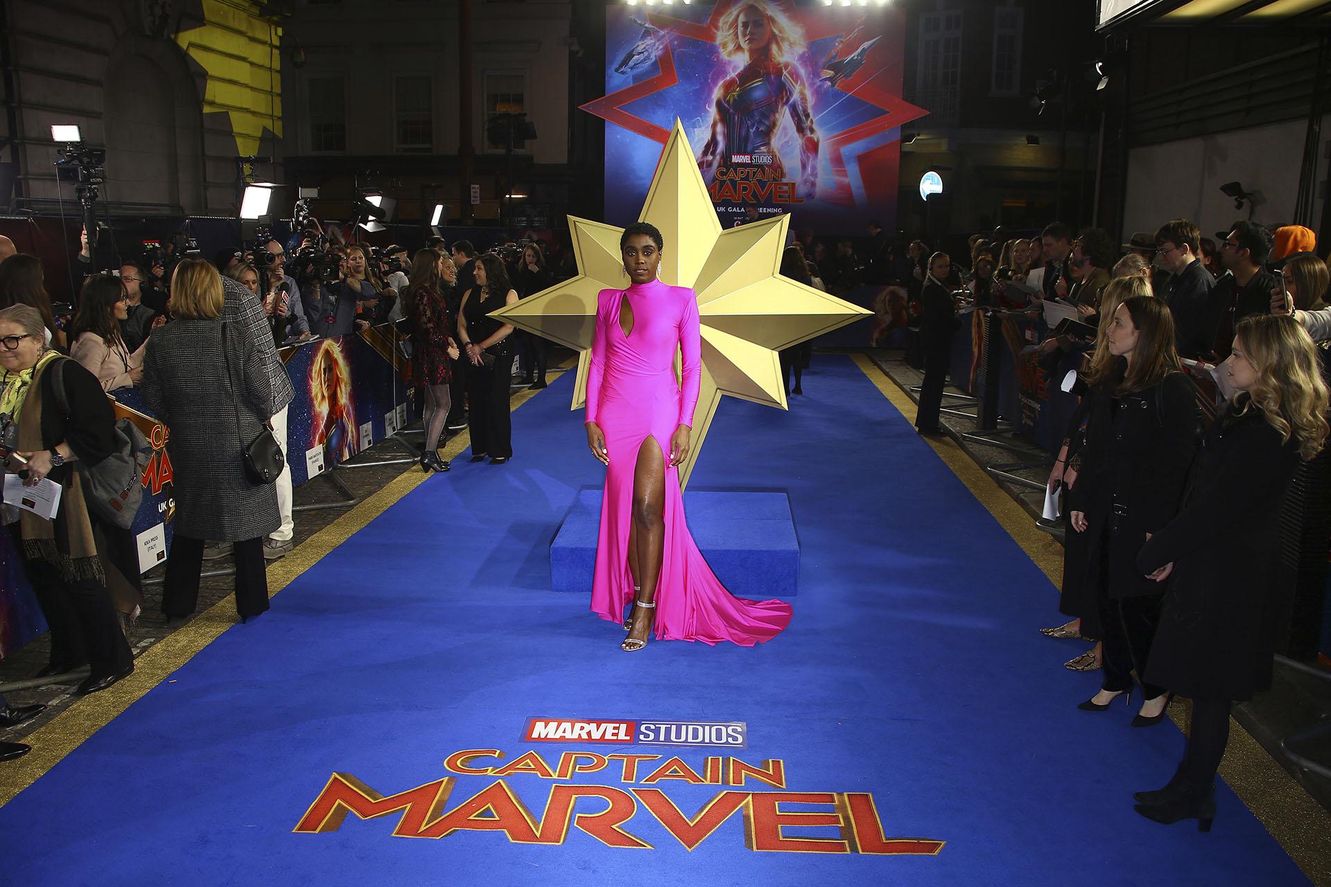 Lashana Lynch, la coprotagonistas del film Capital Marvel, brilló con la elección de estilo para la presentación en Londres. Un vestido de silueta al cuerpo con mangas largas y cortes asimétricos en color fucsia