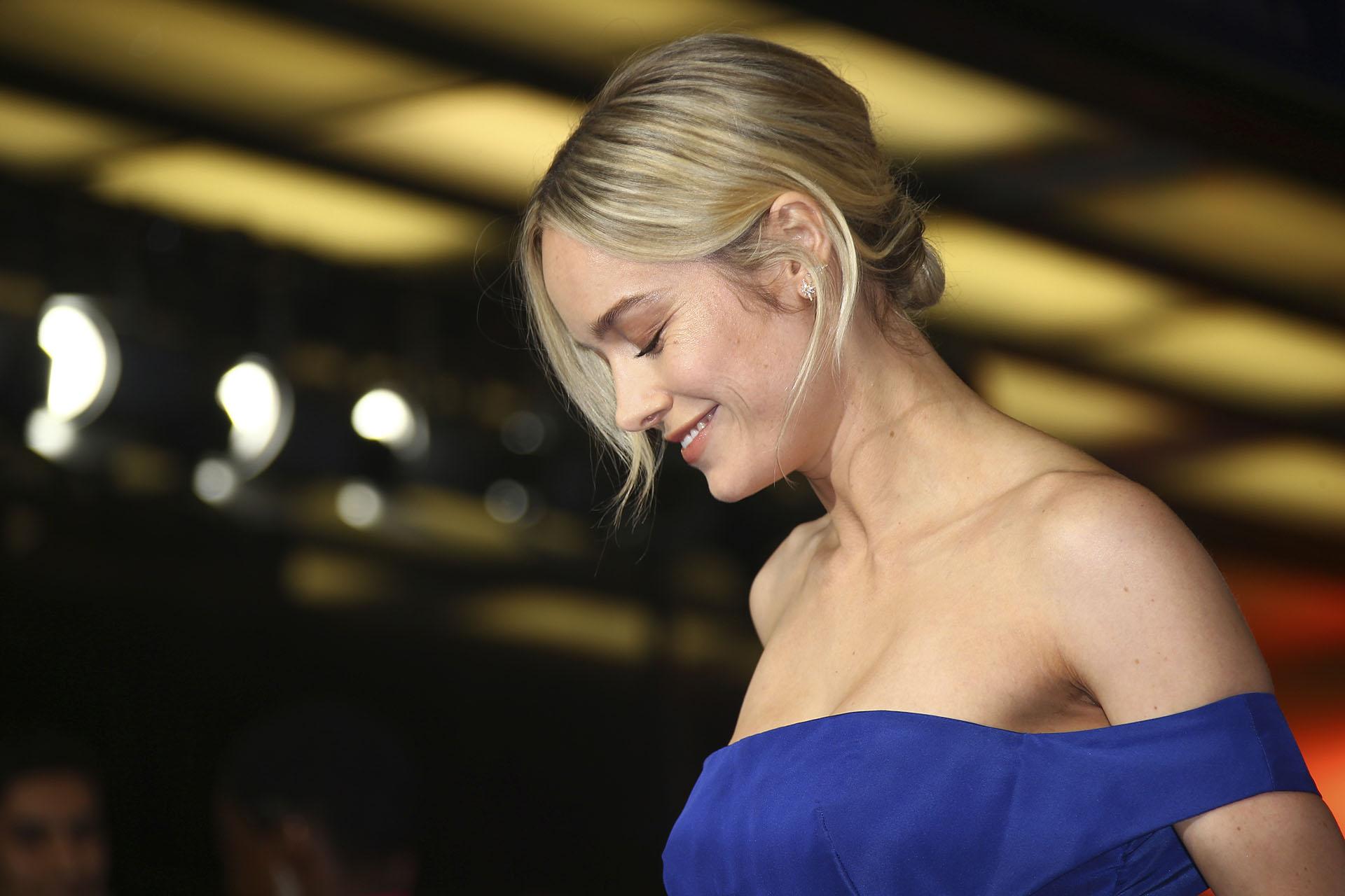 Como beauty look completó la propuesta de gala con un peinado recogido delicado y maquillaje sobrio