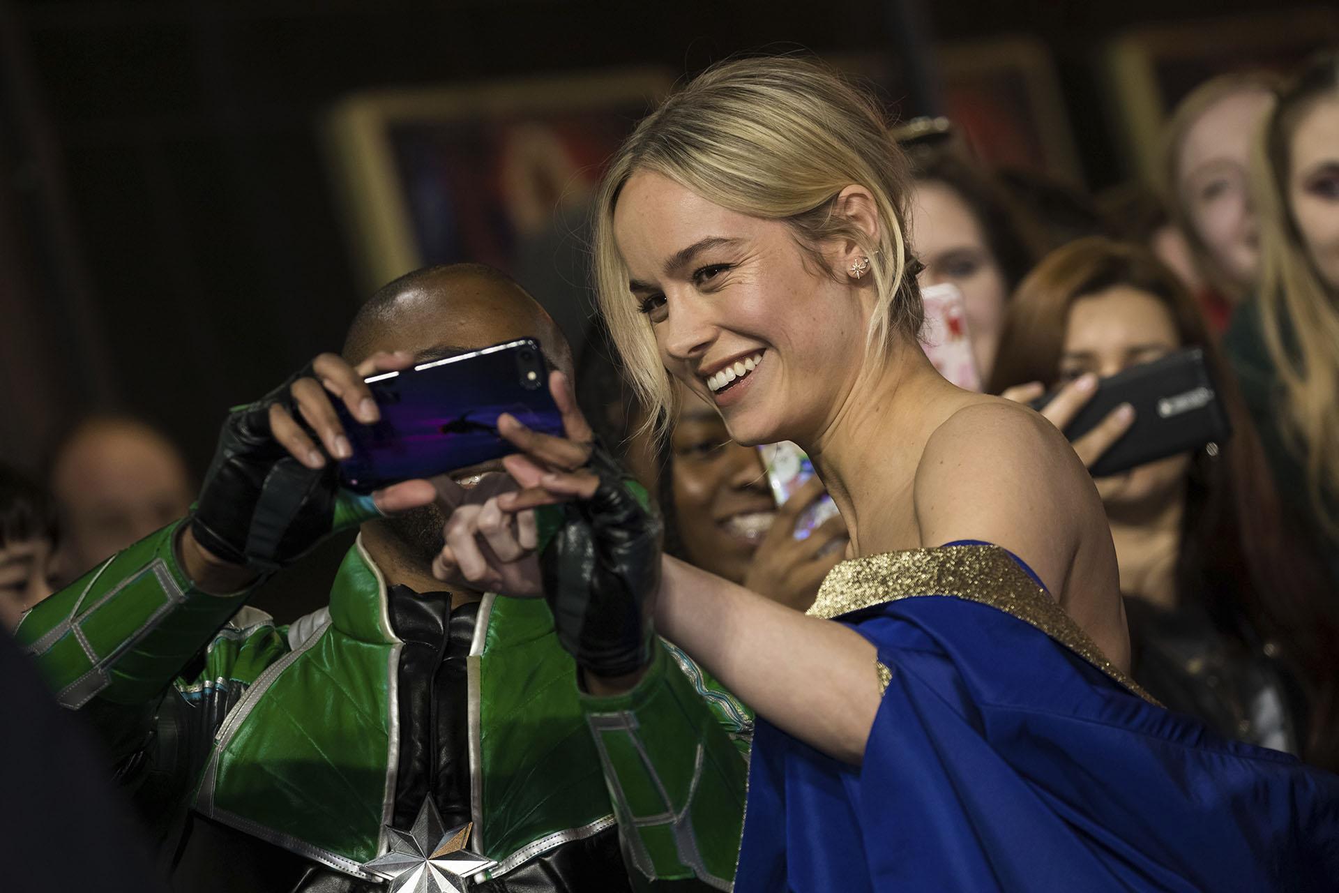 Brie Larson, fue la gran estrella de la la noche posó con los fans que se acercaron a saludarla