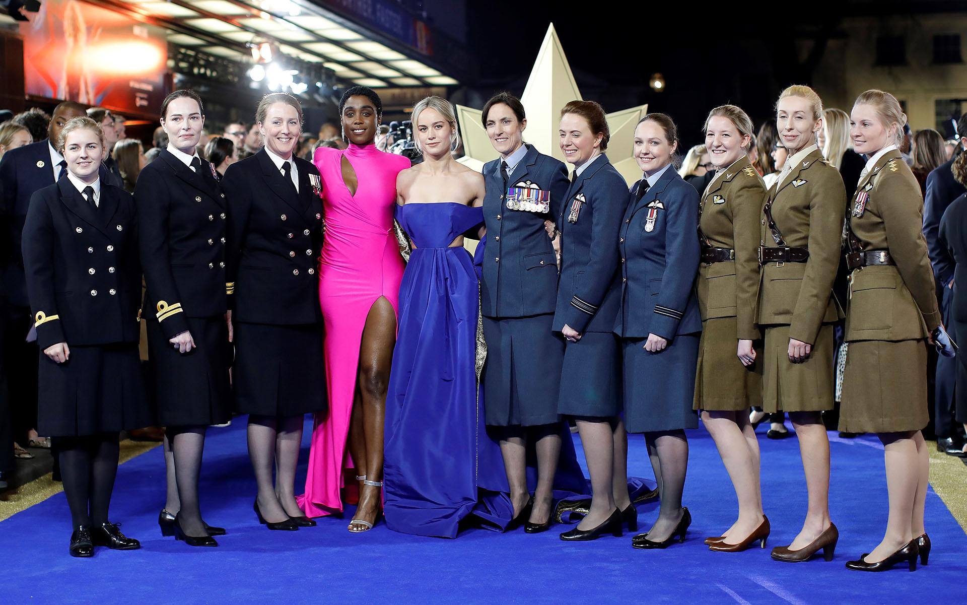 Brie Larson y la coprotagonista del film de Marvel, Lashana Lynch, posaron junto con mujeres militares