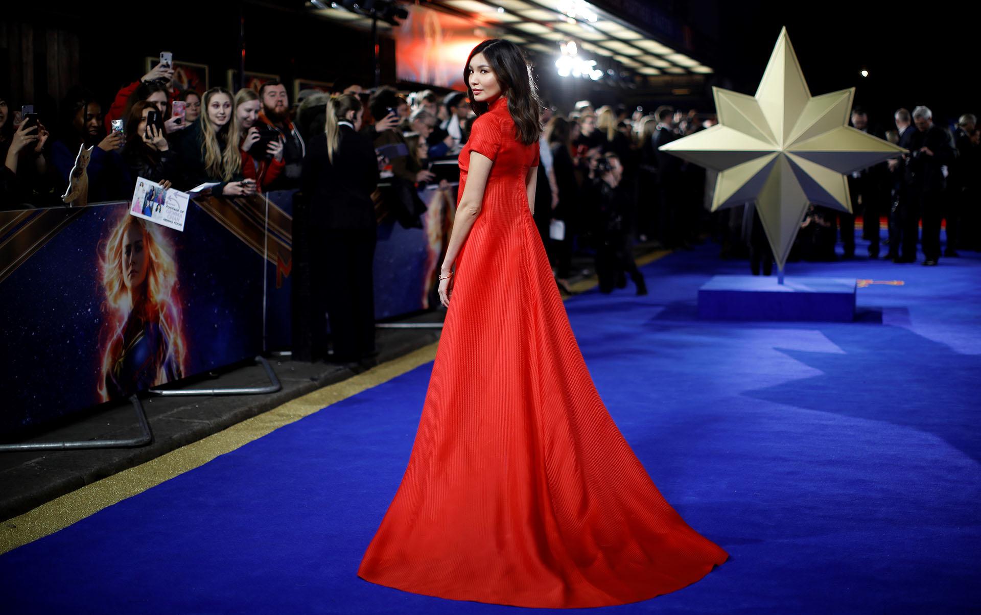 Gemma Chan apostó al clásico total red look con un vestido con cola