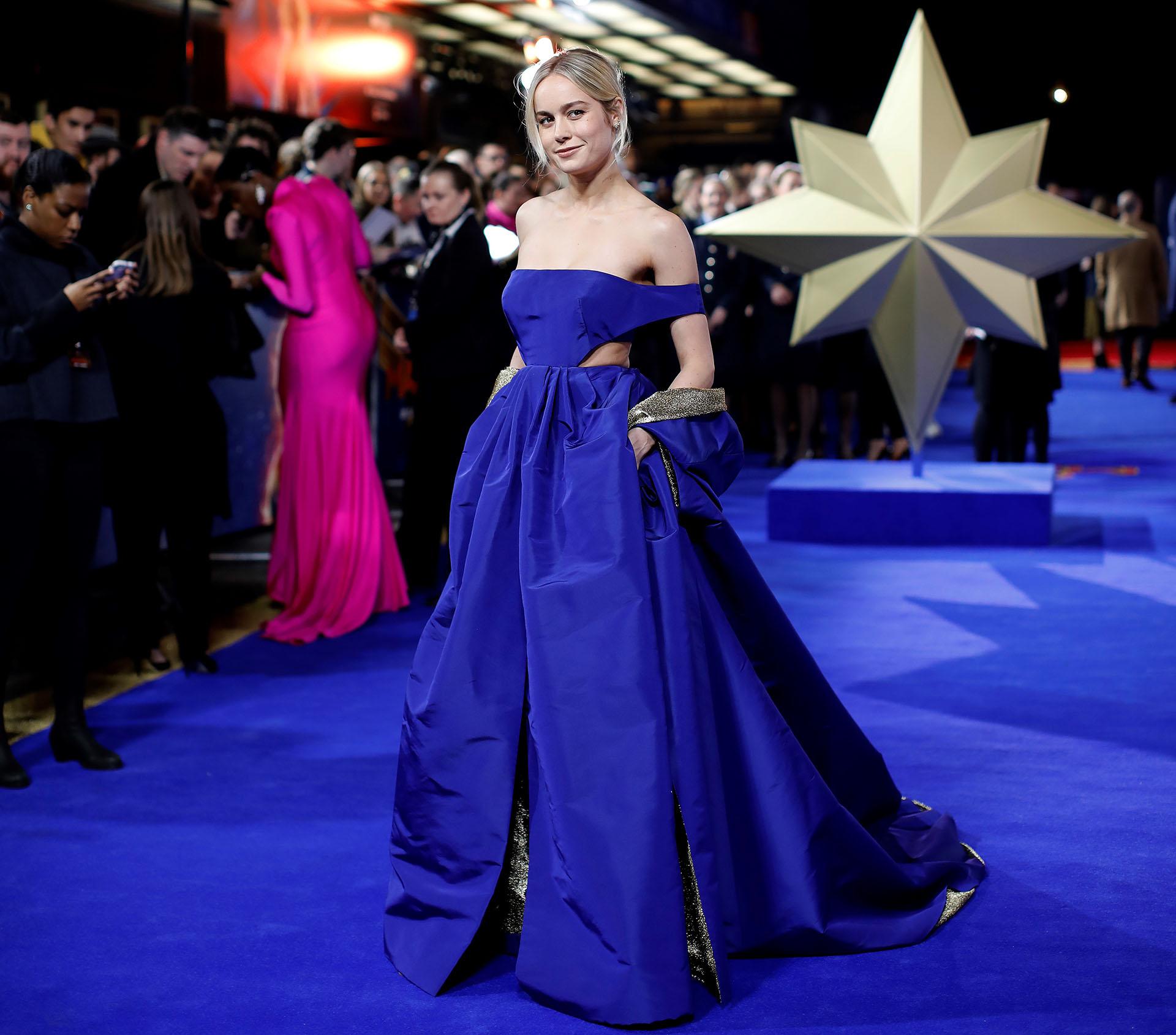 A tono con la alfombra, Brie Larson, la gran protagonista impactó con un vestido de alta costura de Valentino. Un diseño sofisticado con falda voluminosa, cortes laterales con detalles en dorado, top con hombros al descubierto y capa.