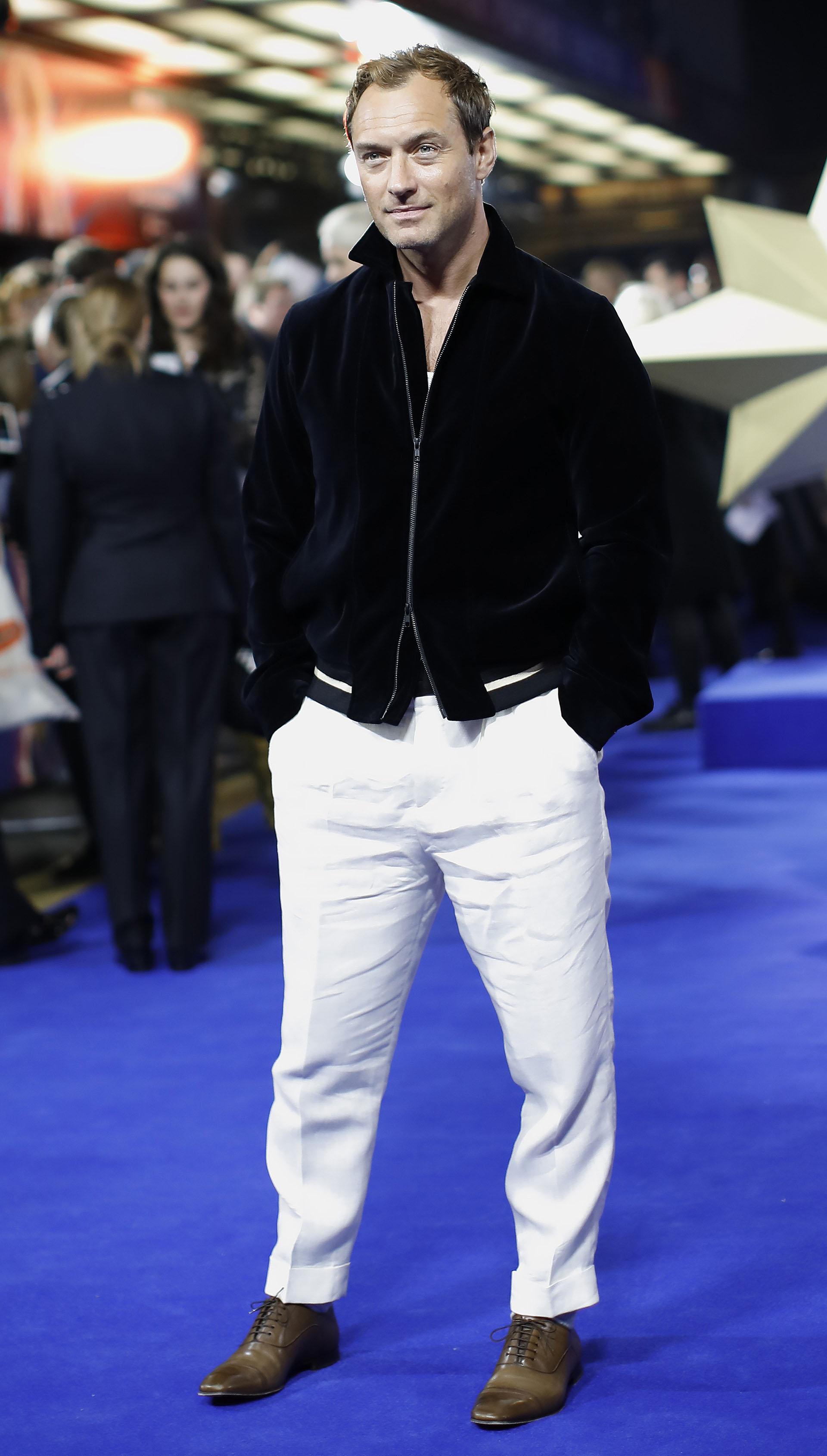 Jude Law dejo atrás el traje para vestir un equipo en blanco y negro