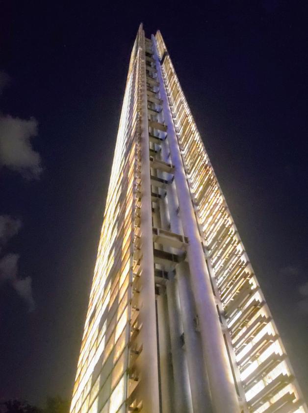 La estela de luz, construida entre los rascacielos más altos del país, generó mucha polémica entre la ciudadanía (Foto: @Pizu)