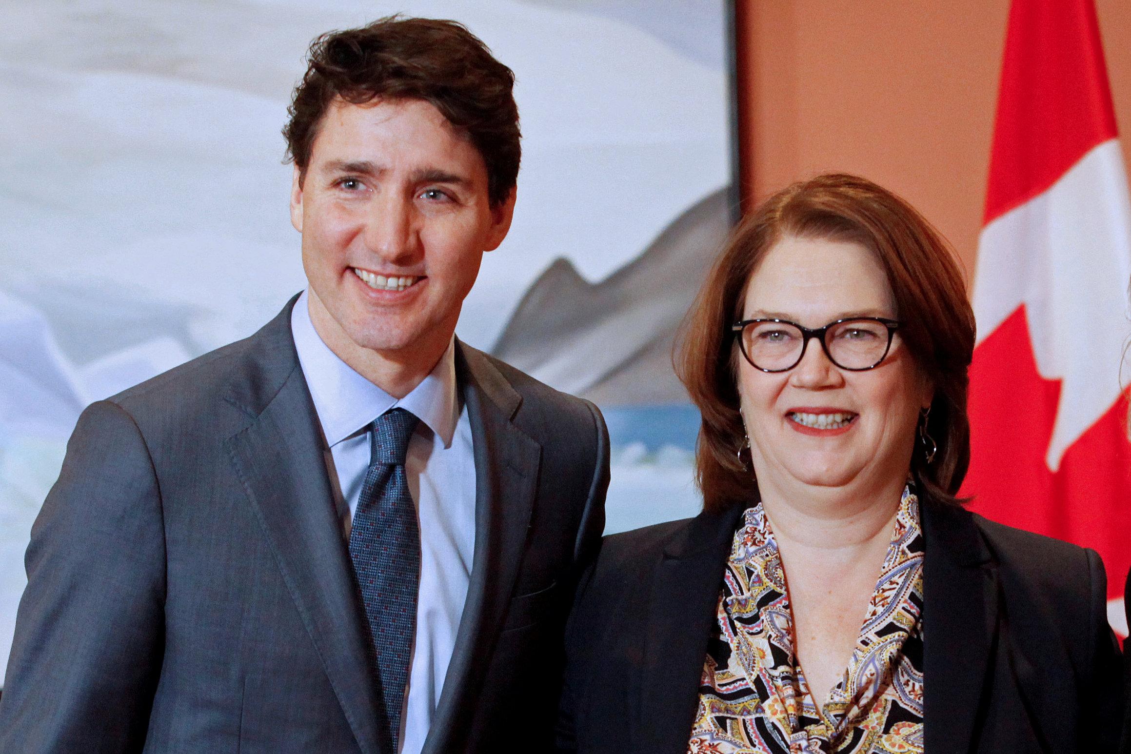 Trudeau junto a la ex ministra de presupuesto Jane Philpott, segunda en renunciar (REUTERS/Patrick Doyle/archivo)