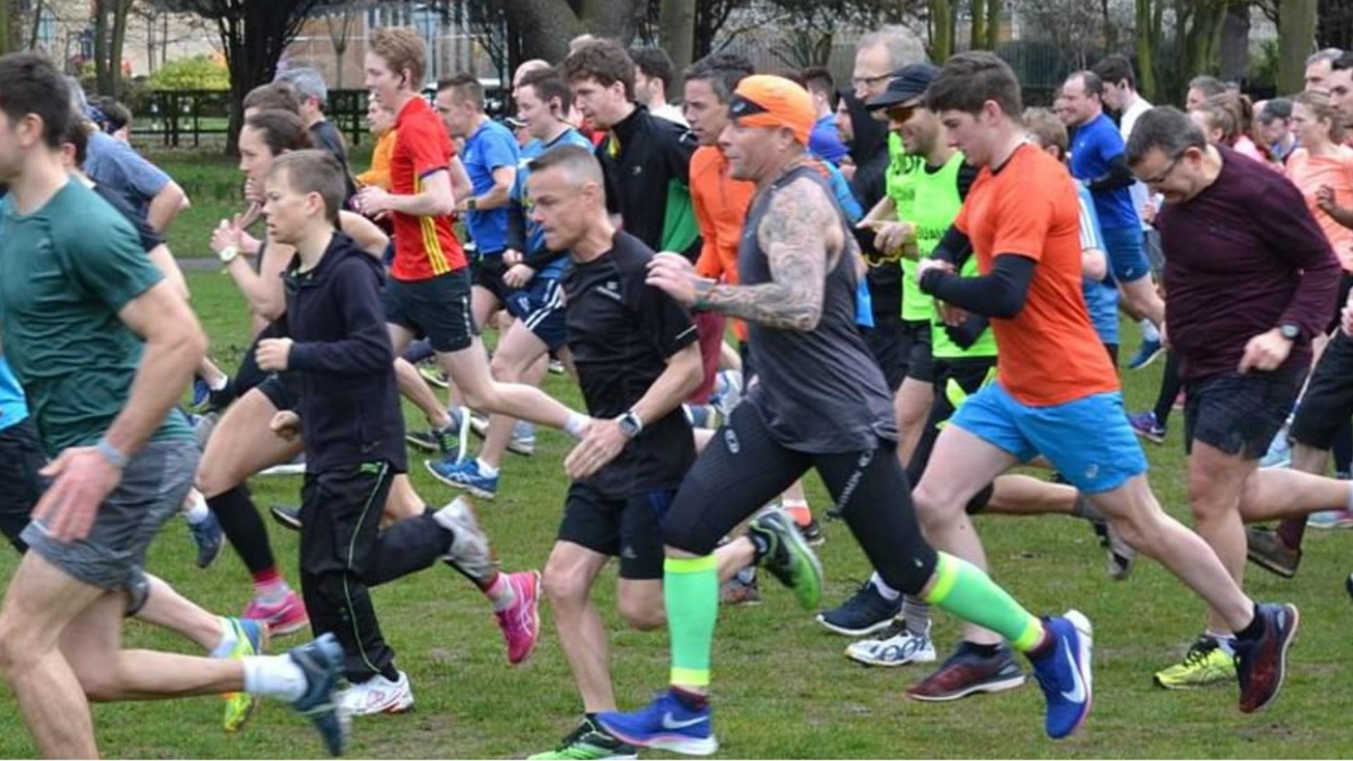 La fotografia mostrada por el periodista, Flint usa las medias verdes (Foto: Facebook Chelmsford Central Park Run)