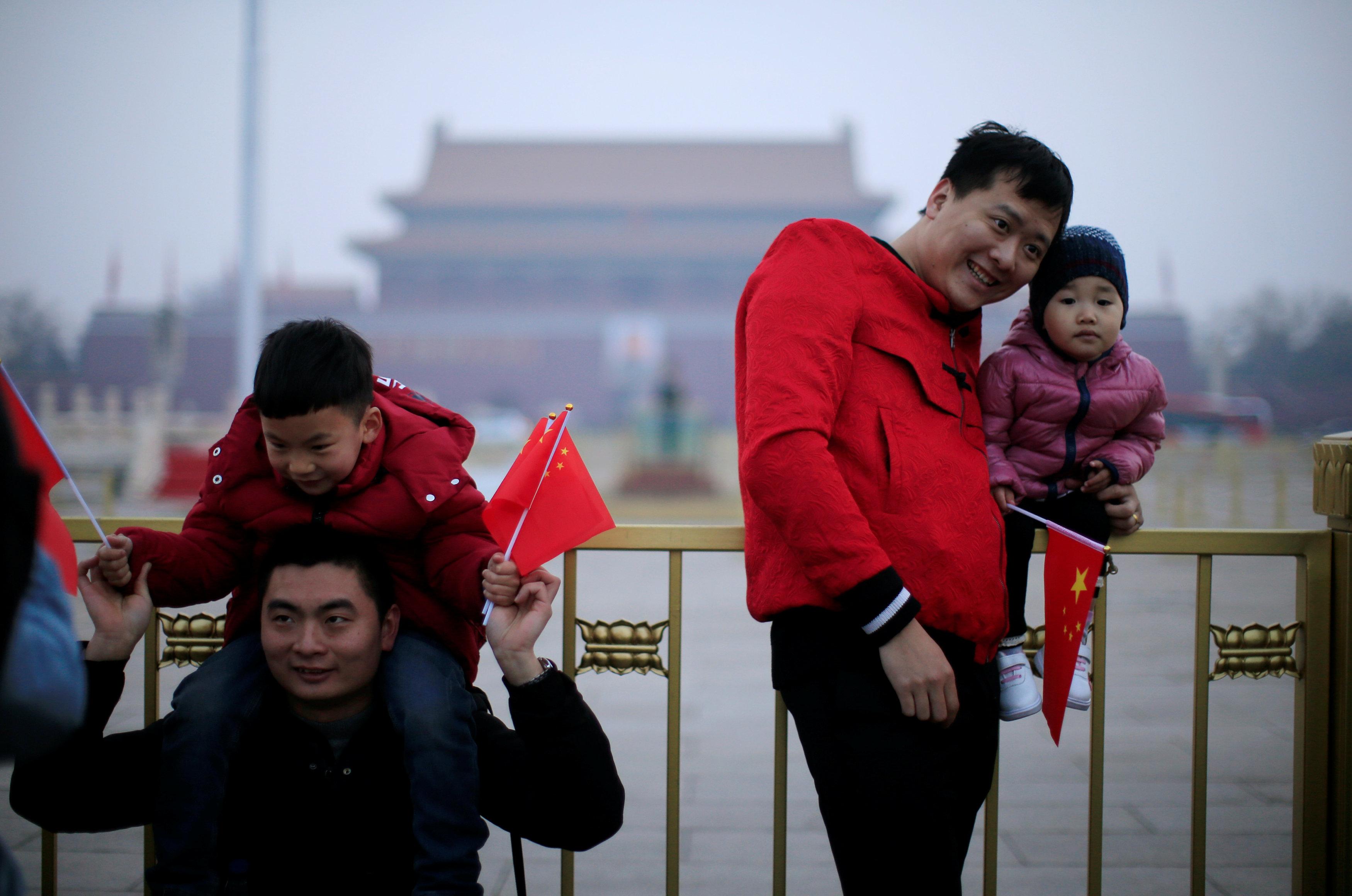 Ciudadanos chinos posan para una foto en la plaza Tiananmen de Beijing antes de la apertura del Congreso (REUTERS/Aly Song)