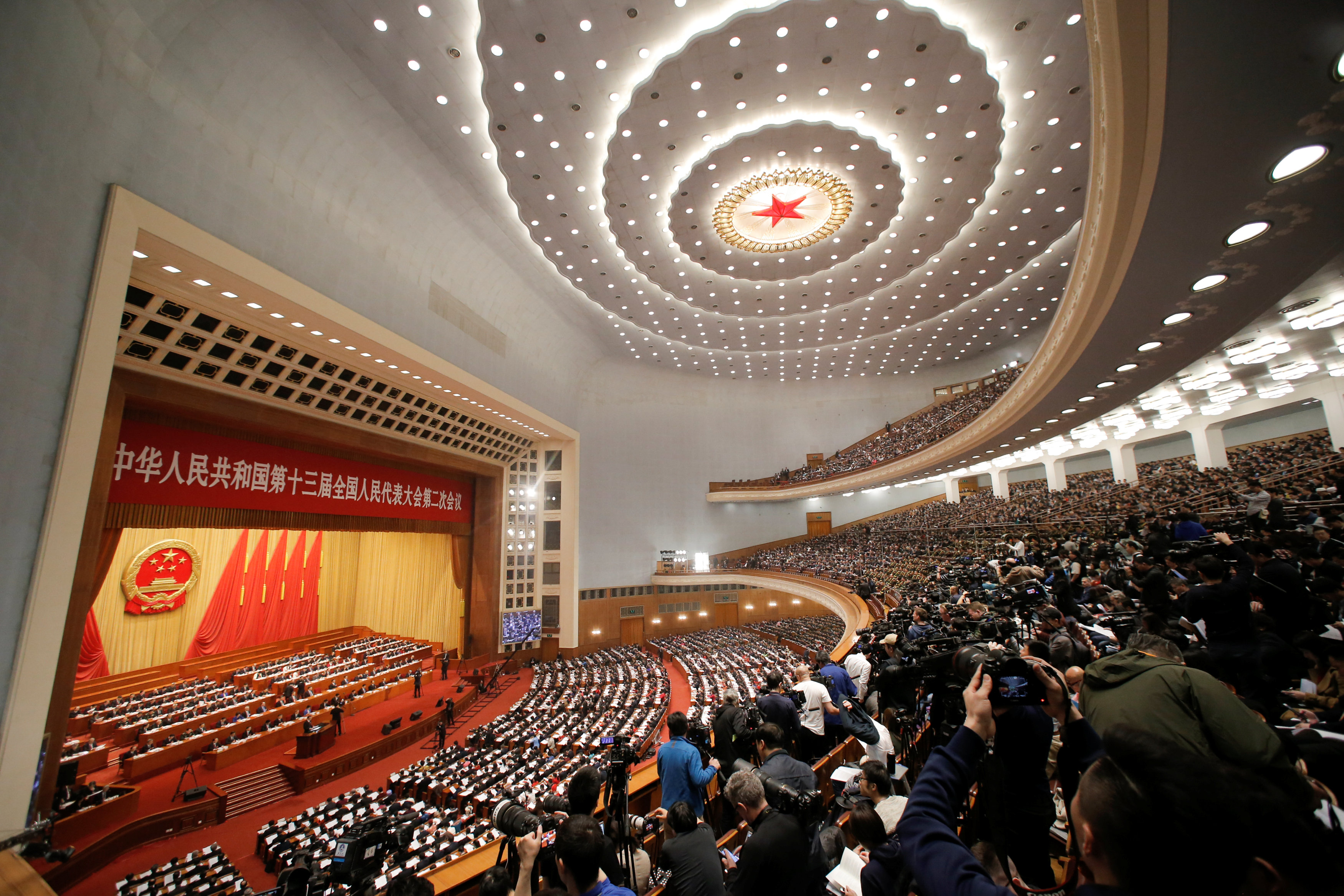Delegados y periodistas en la sala del Congreso Nacional del Pueblo (REUTERS/Thomas Peter)