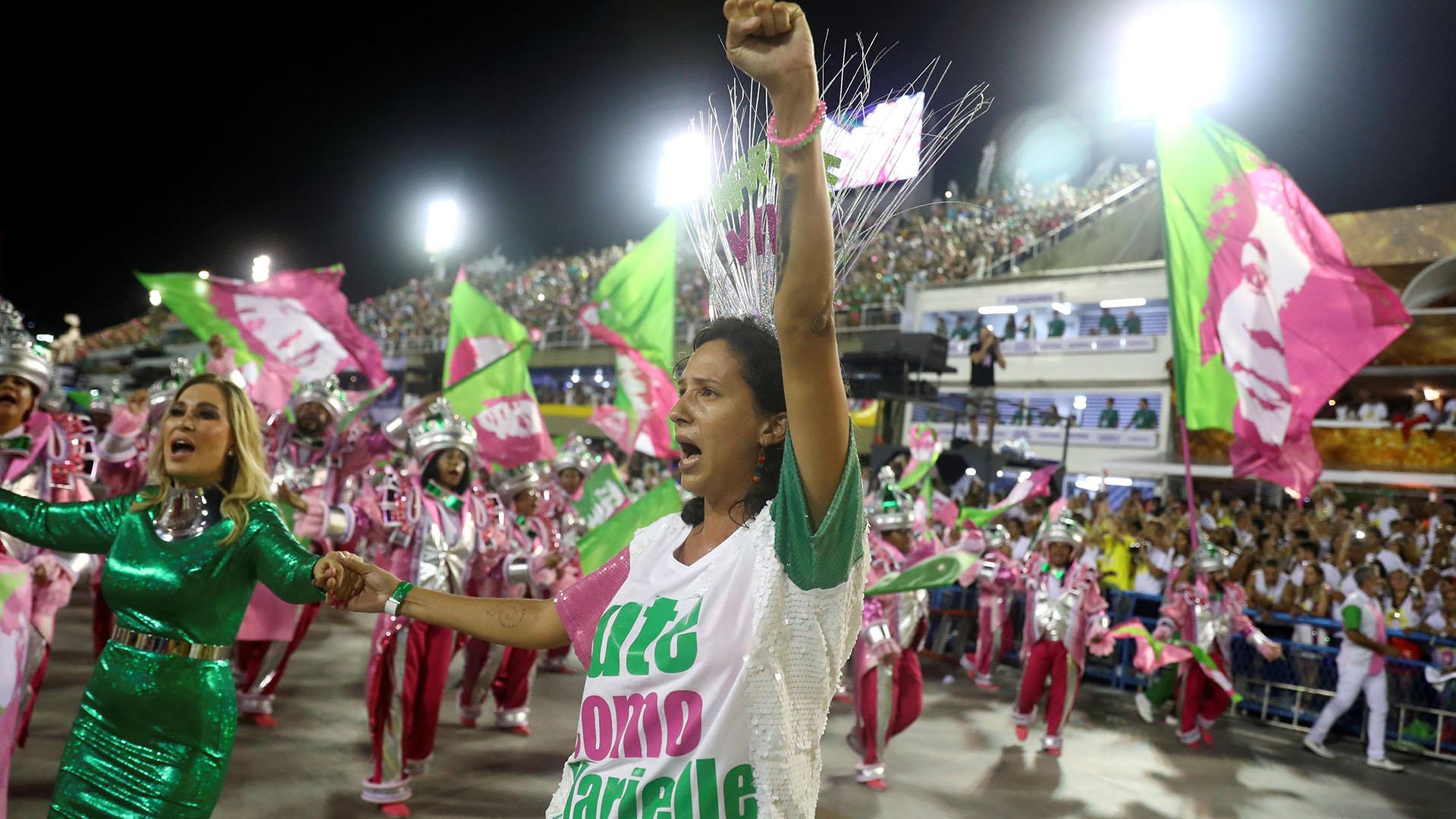 Benicio, con su brazo izquierdo en alto, el mensaje político más fuerte de la escuela Mangueira (REUTERS/Pilar Olivares)