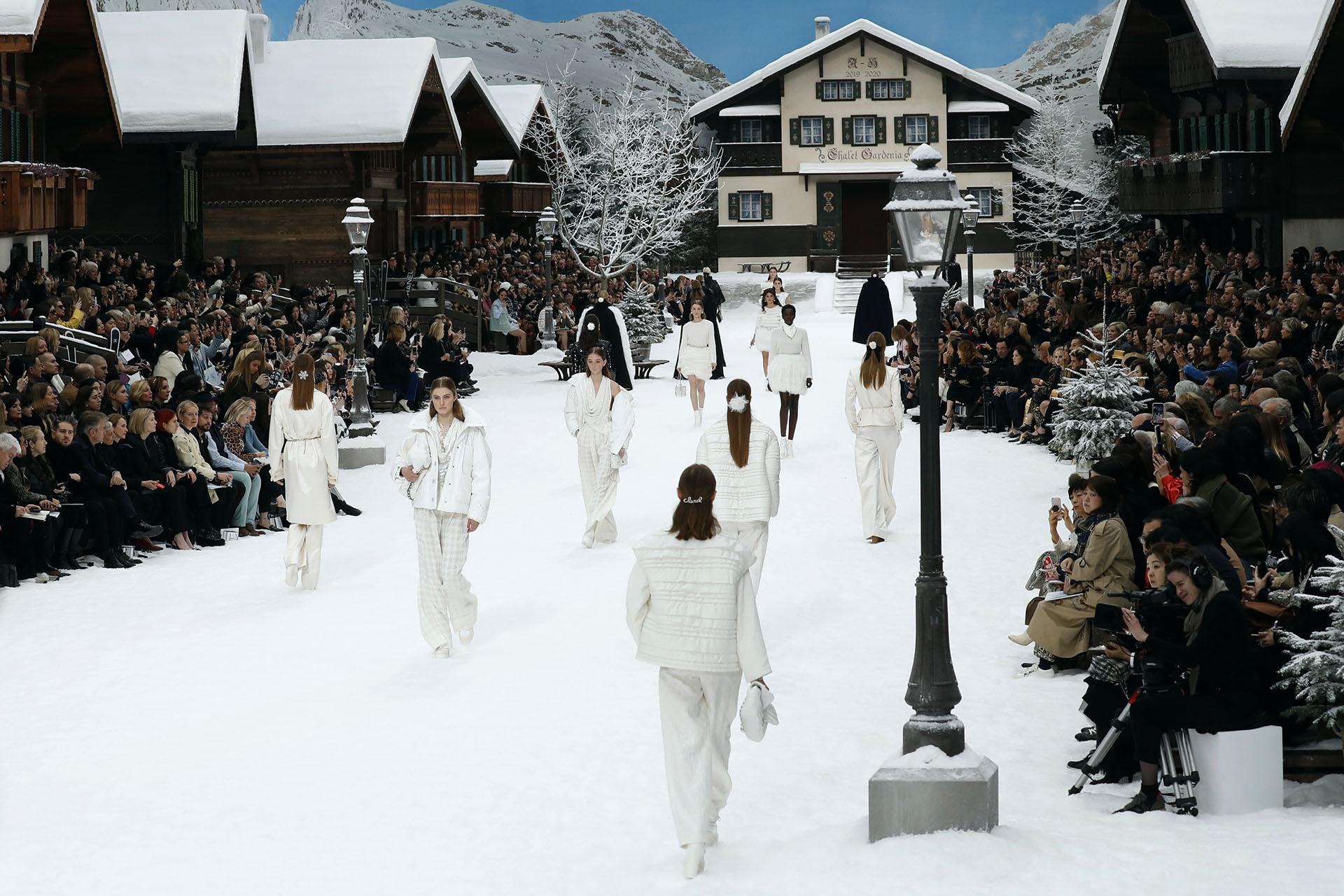El Gran Palais se transformó enuna postal alpina con chalets y nieve, la última creación de Karl Lagerfeld antes de morir