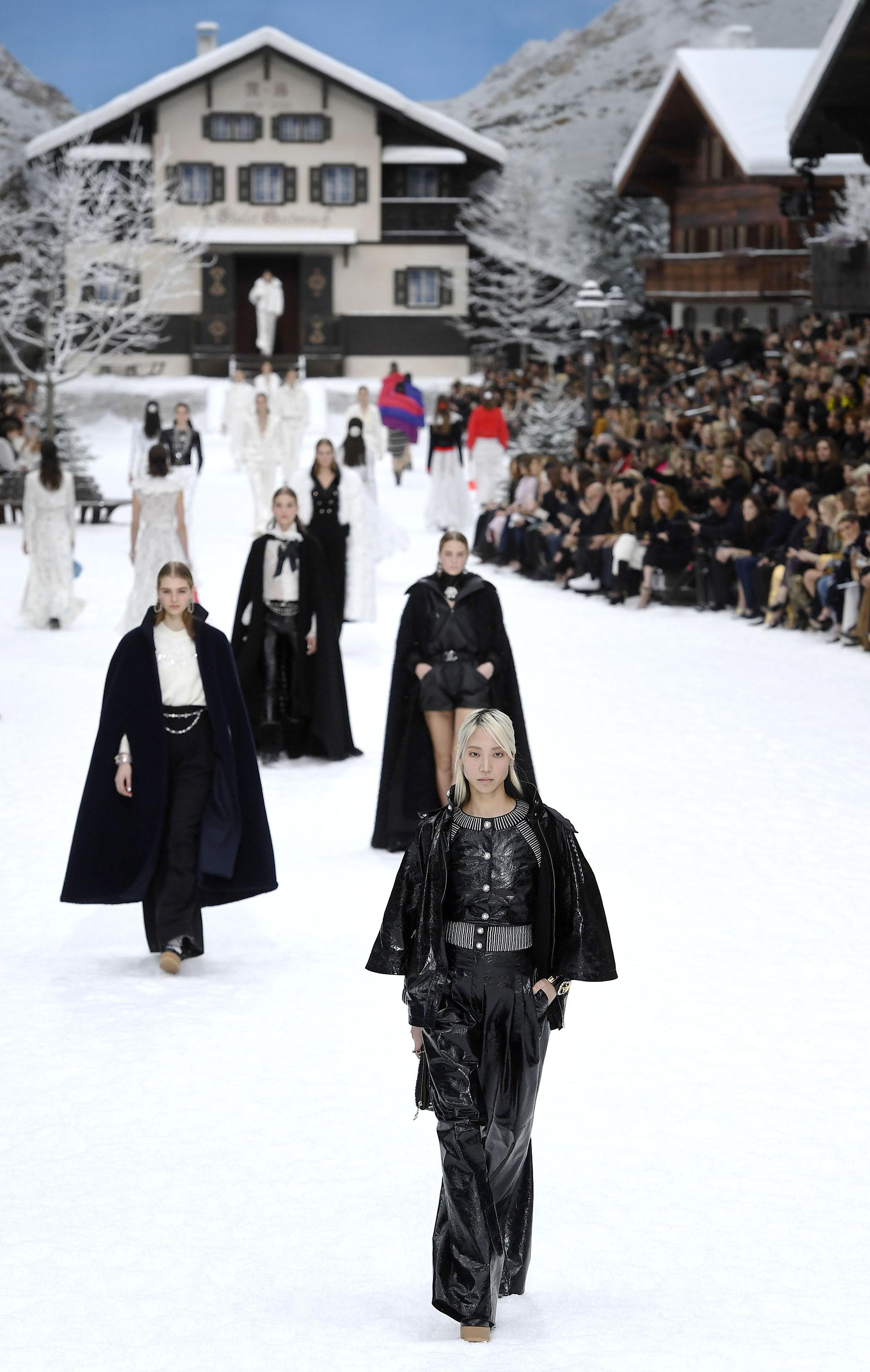 En cuero, pailletes, tweed, la tonalidad negra contrastaba con la nieve