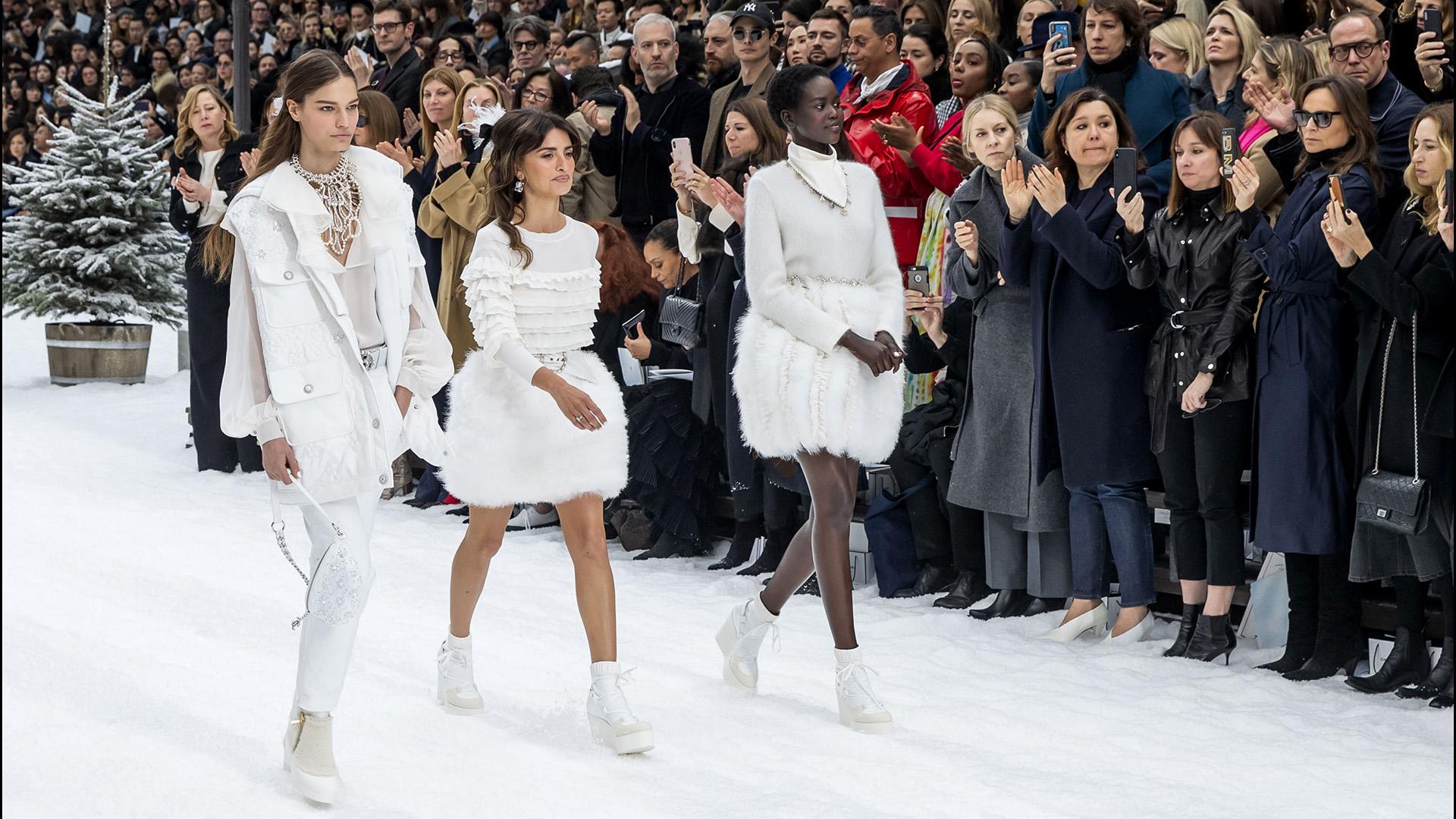 El blanco fue el elegido para vestir las piezas claves de la colección, adoptó la versión de faldas con de plumas, cinturones, parcas y vestidos