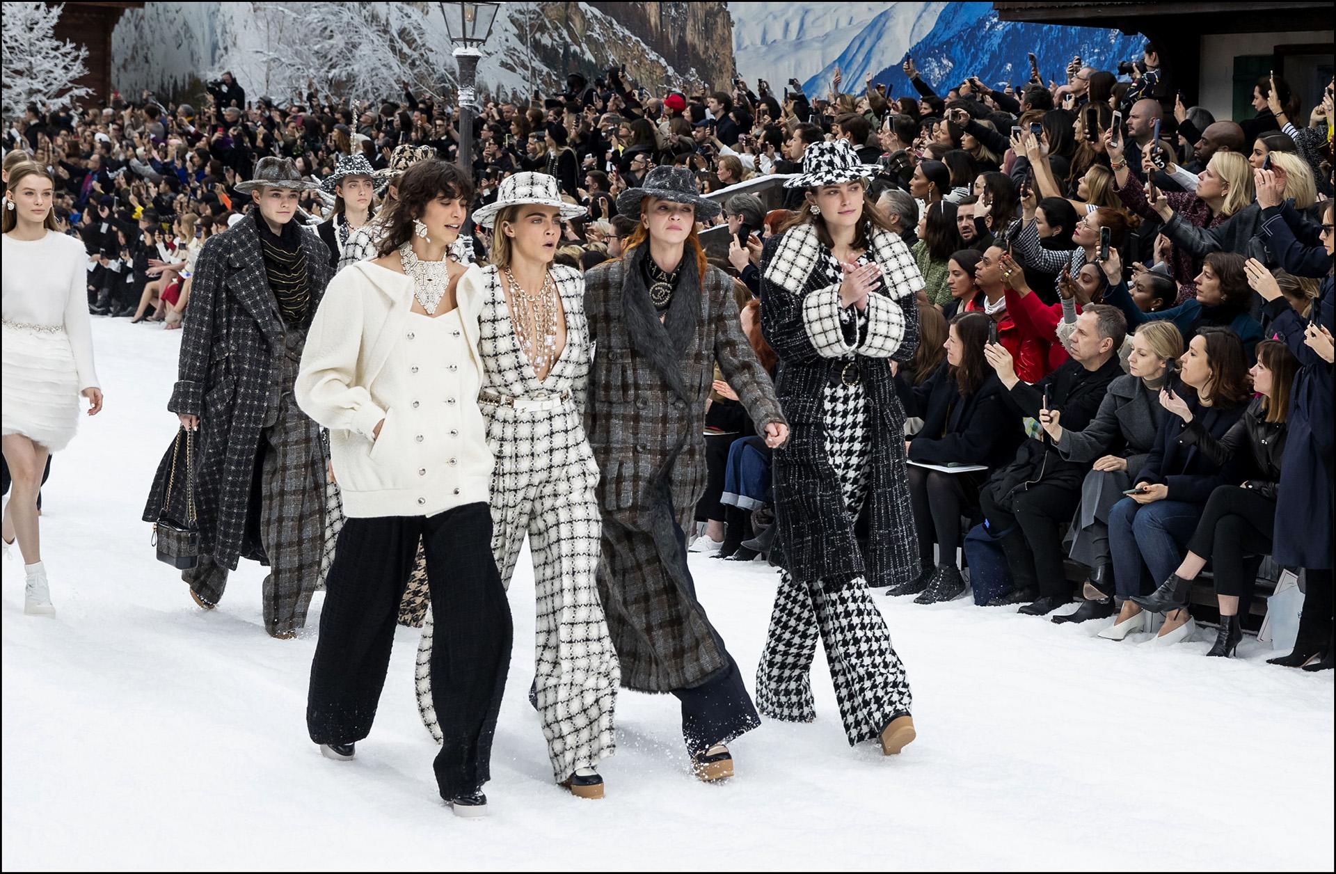 Cara Delevingne junto a la musa argentina Mica Argañaraz desfilaron las piezas hit de la última colección diseñada por el gran Kal Lagerfeld
