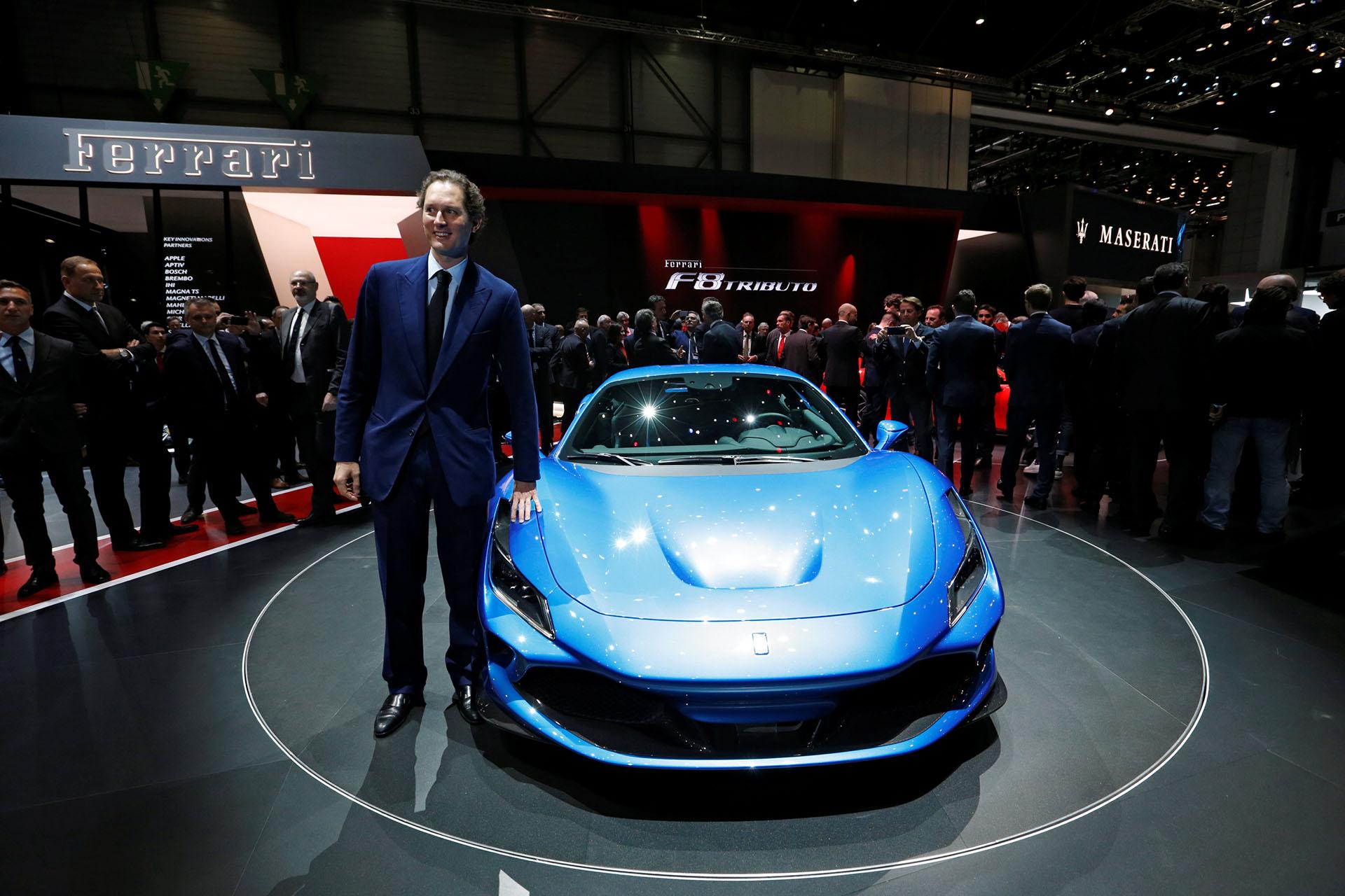 El presidente de Fiat Chrysler Automobiles John Elkann presentó la nueva Ferrari F8 Tributo