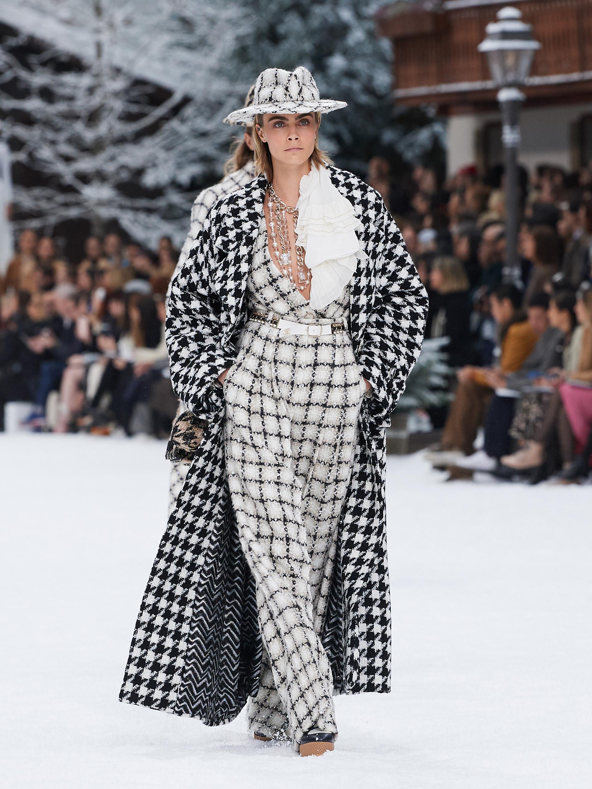 Cara Delevigne enfudada en traje de tweed (Chanel)