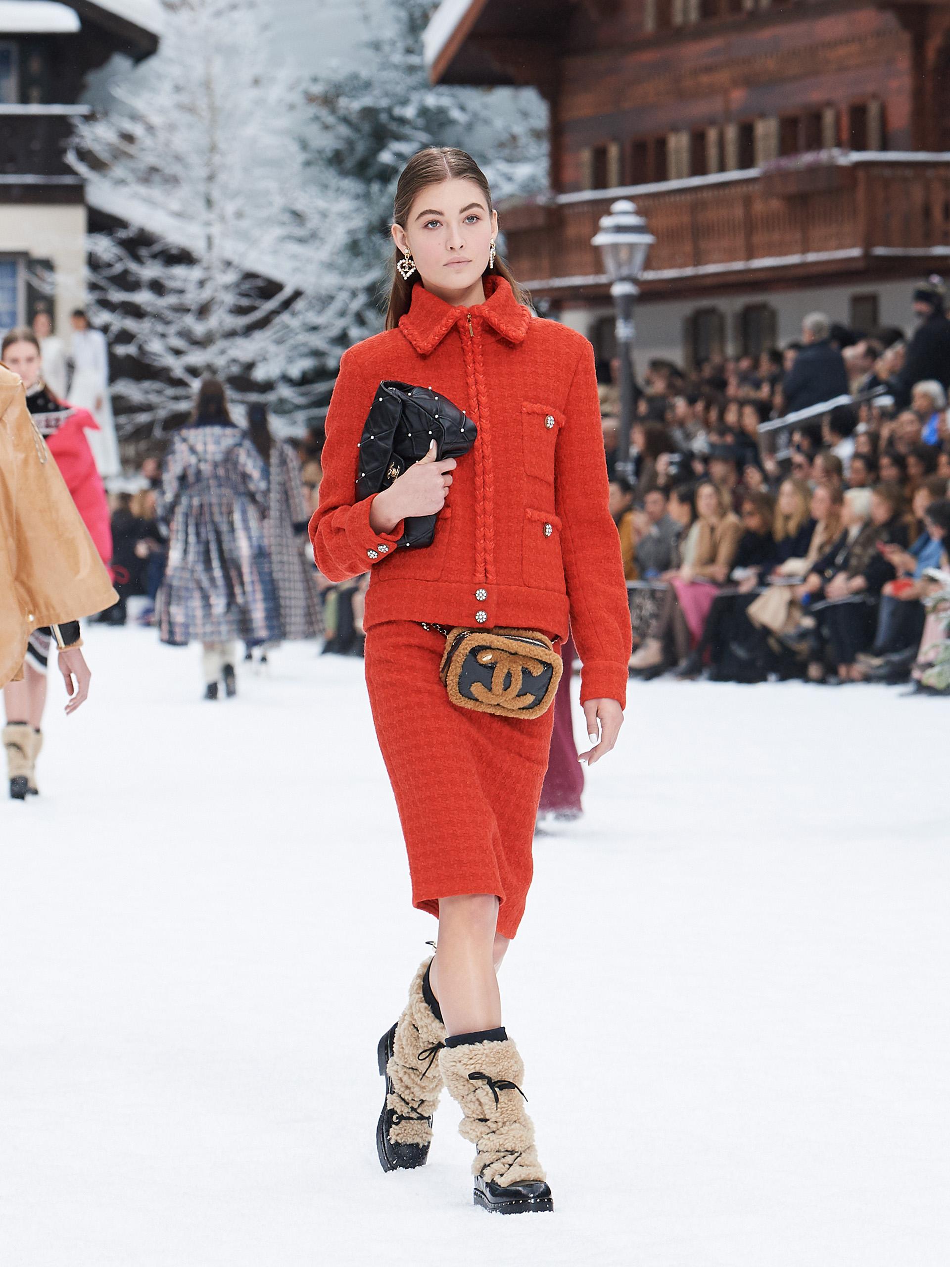 Otra versión del sello de la firma, el tweed, esta temporada en color rojo con falda más suelta y detalles metalizados con brillo