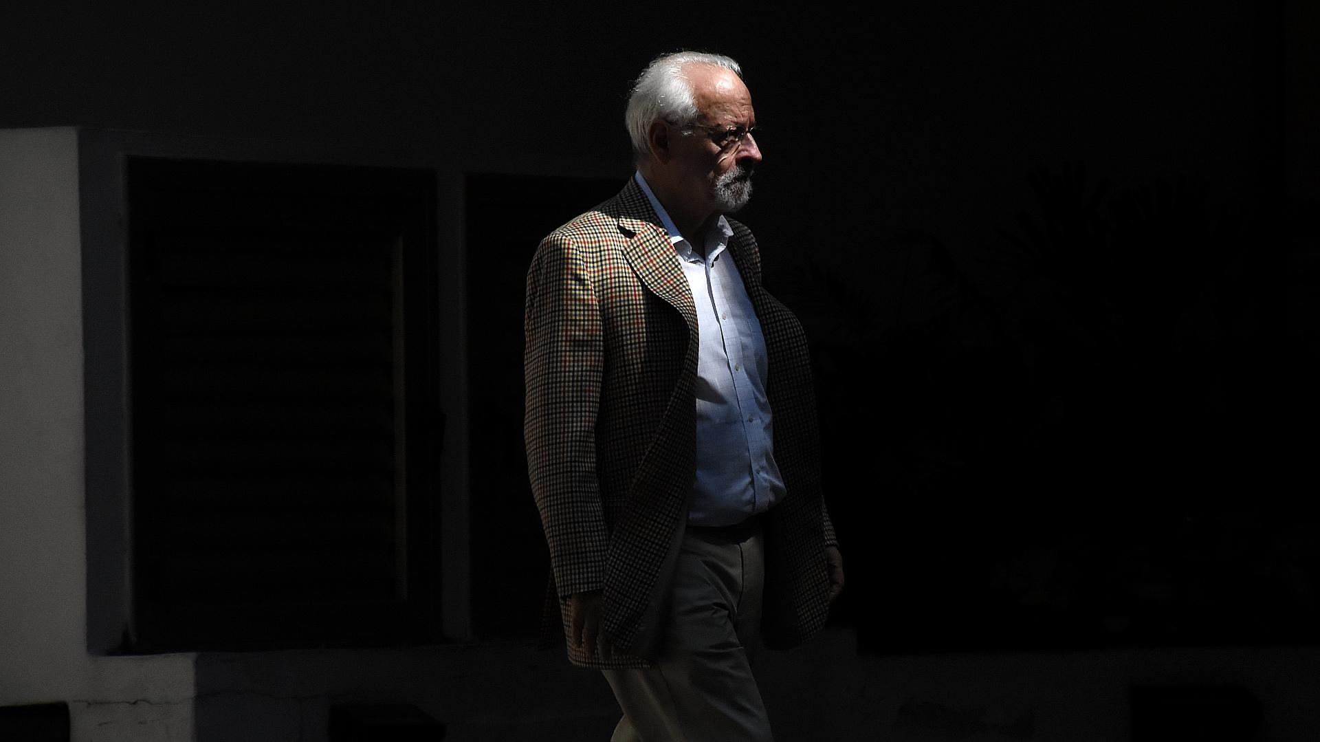 El periodista Horacio Verbitsky en el velatorio de Righi (Nicolás Stulberg)