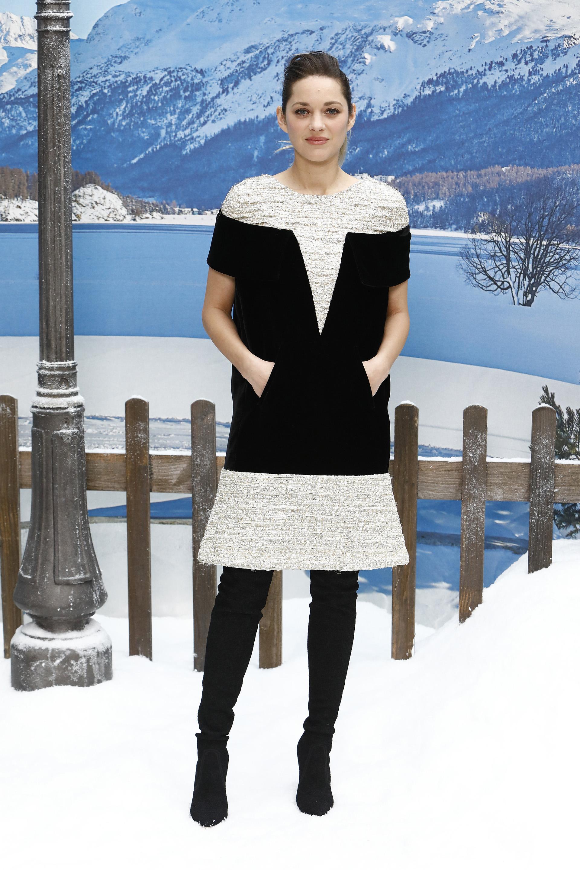 Marion Cotillard con un clásico look de la firma de la última colección