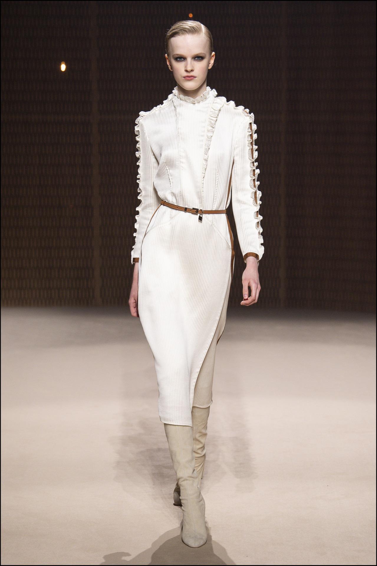 Vestidos midi con botas altísimas en colores neutros. La apuesta de Hermès.