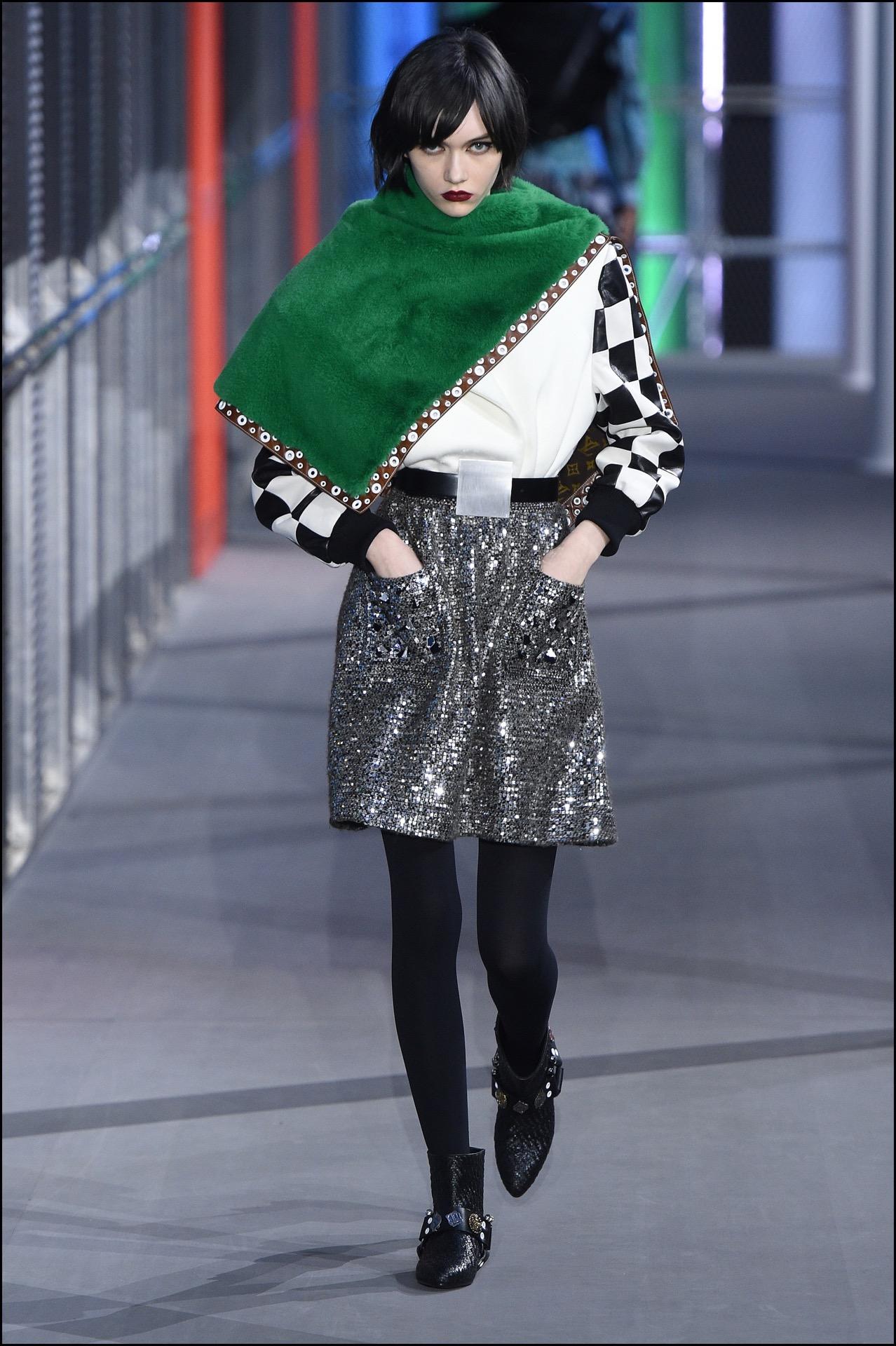 Estampas geométricas inspiradas en Mondrian, terciopelo y brillo. Más es más en la pasarela de Louis Vuitton.