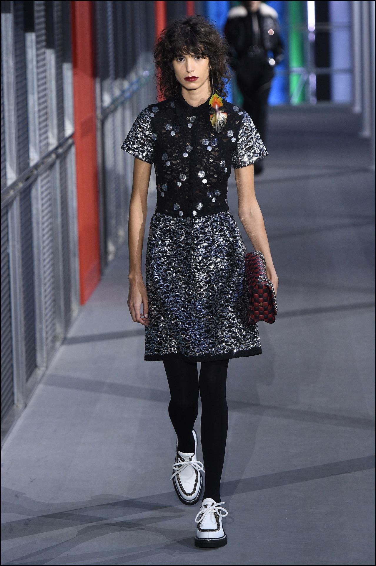 La modelo argentina Mica Argañaraz en la pasarela de Louis Vuitton.