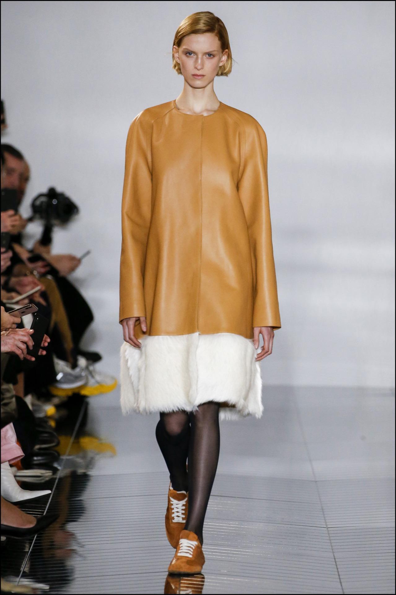Cuero y piel en abrigos de Loewe.