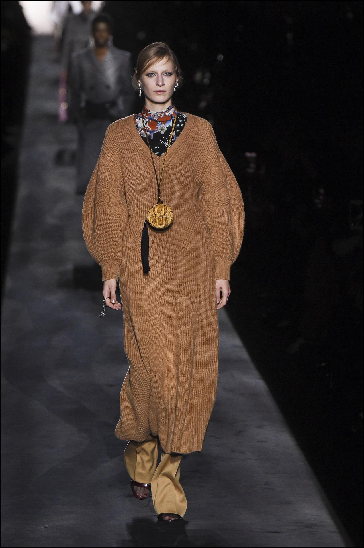 Estampados florales combinados con vestidos de jersey. Originalidad en la pasarela de Givenchy.