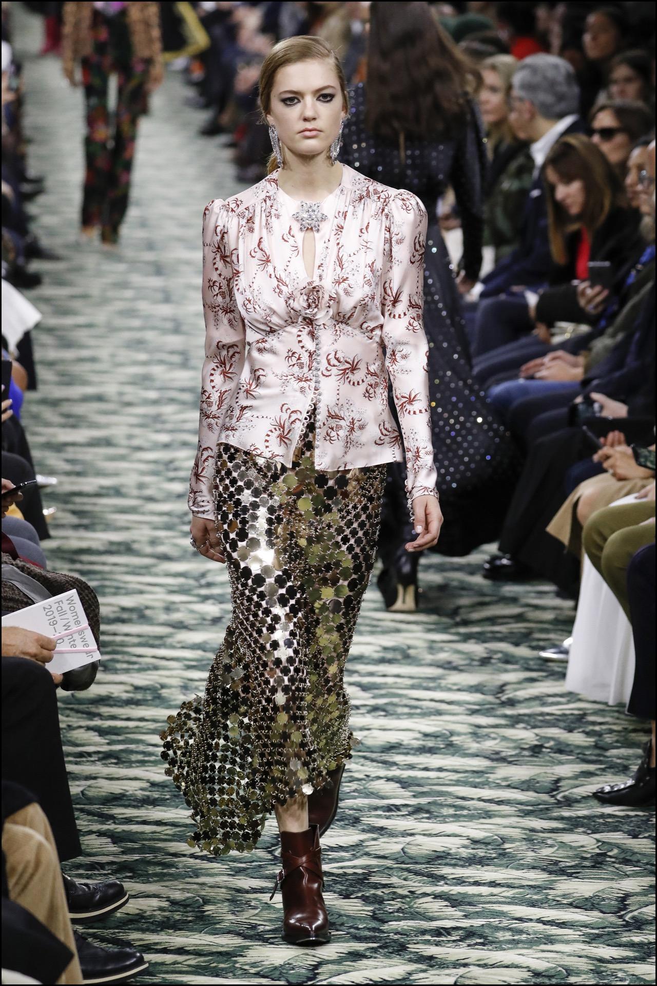 Satén y falda hecha con malla metálica, íconos de Paco Rabanne.