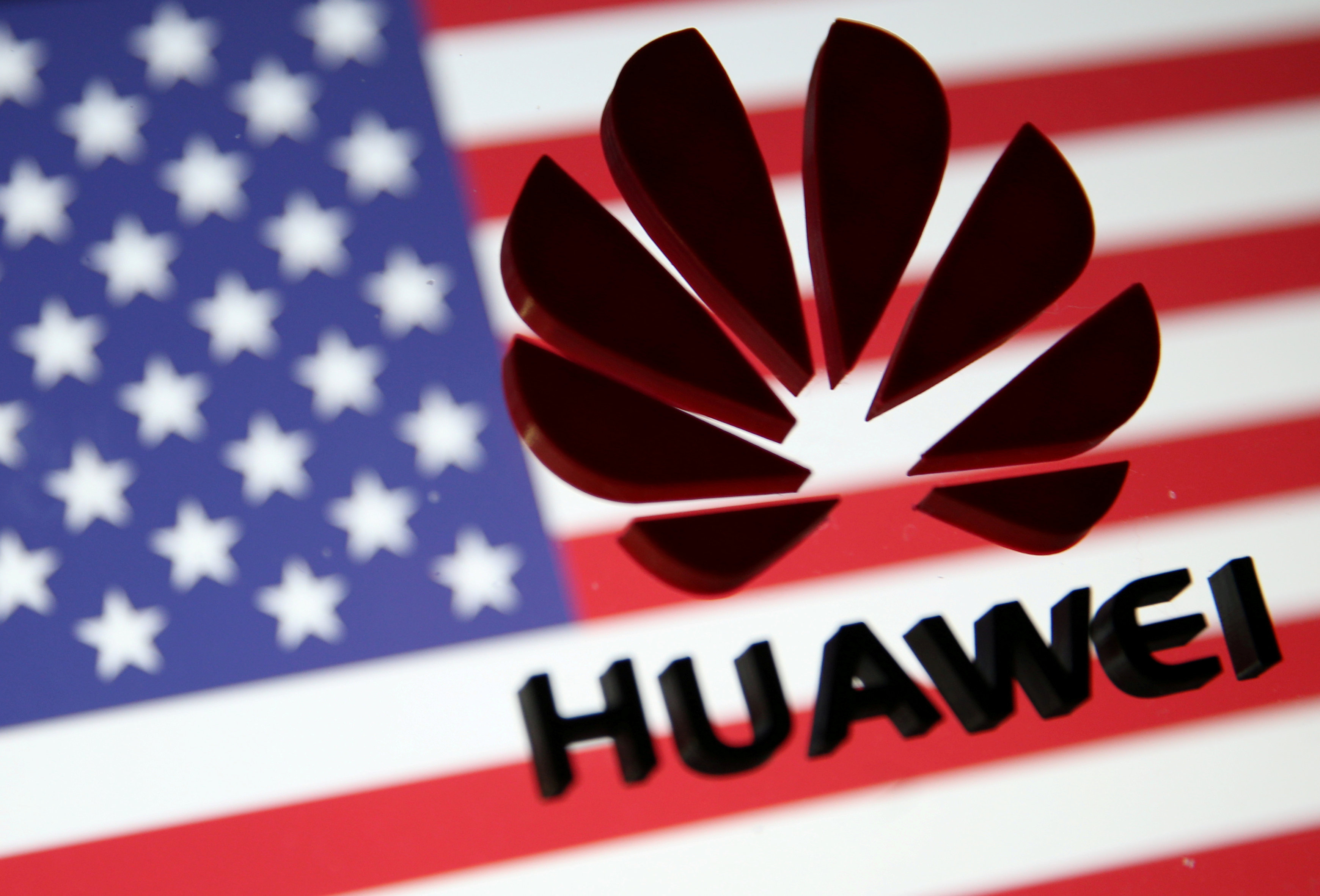 El logo de Huawei sobre una bandera estadounidense (REUTERS/Dado Ruvic/ilustración/archivo)