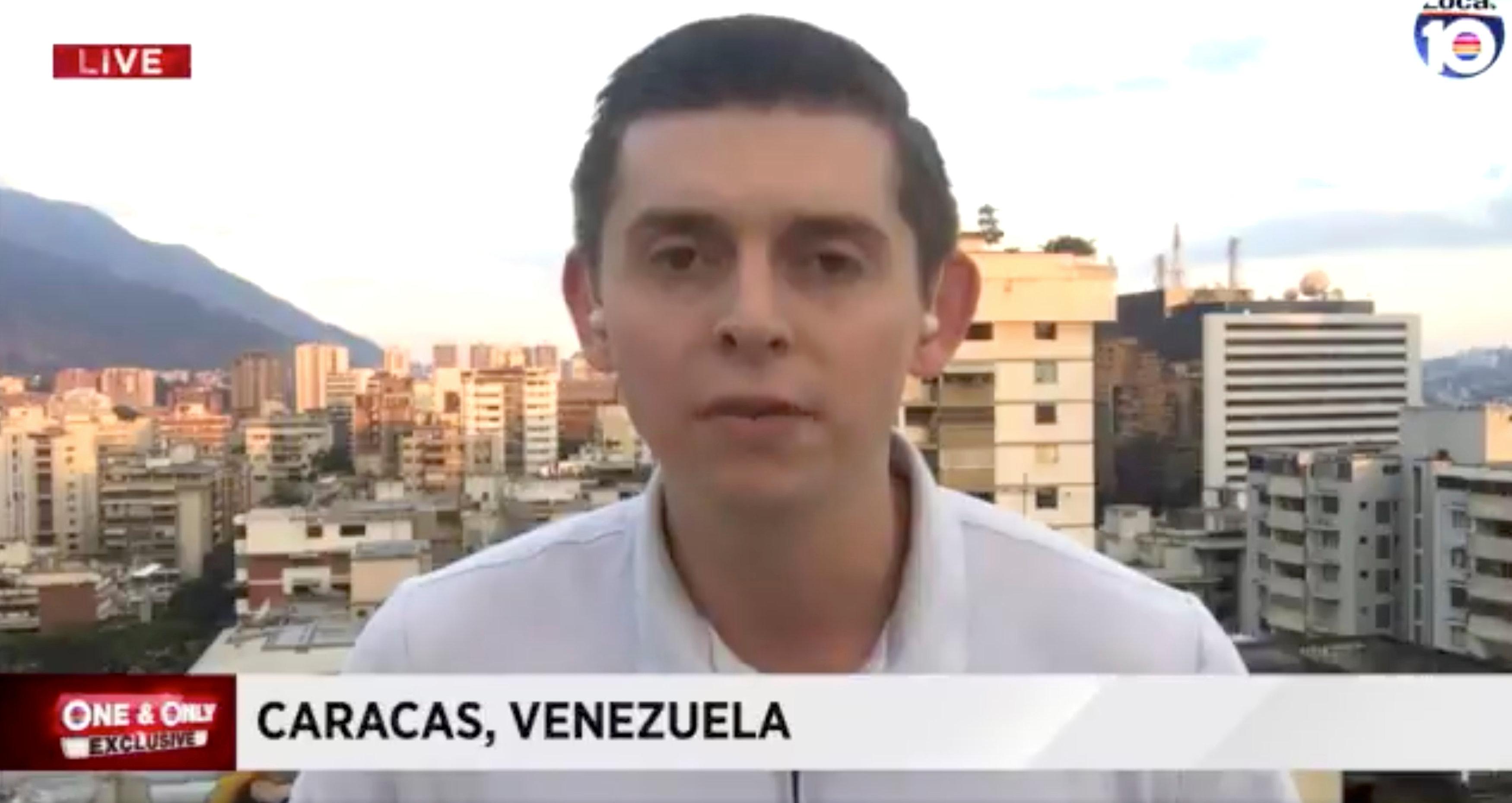 El periodista norteamericano Cody Weddle reportando desde Caracas, Venezuela (WPLG LOCAL 10/via REUTERS)