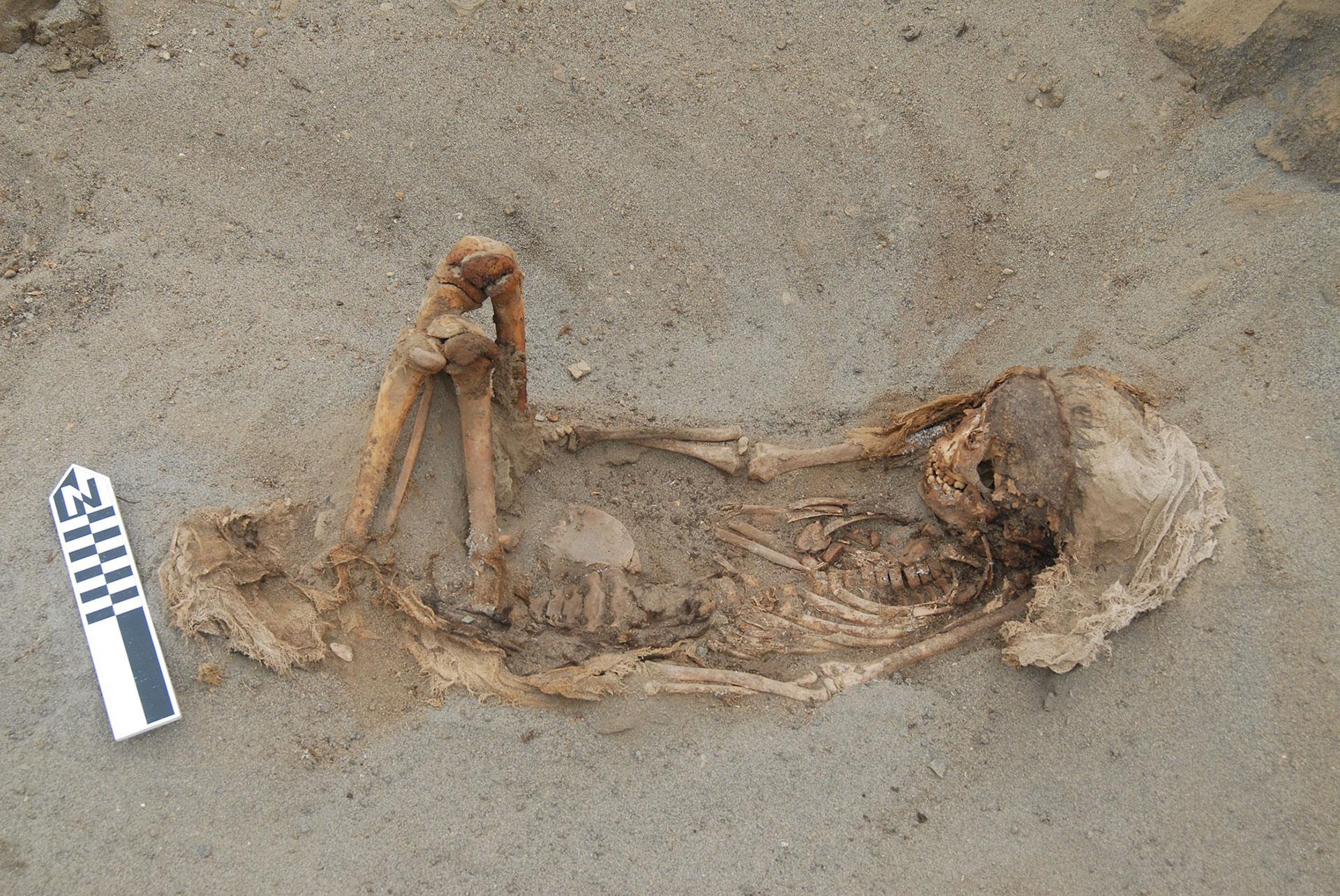 Un típico entierro infantil con las piernas flexionadas y mirando hacia la costa, en el oeste (journals.plos.org)